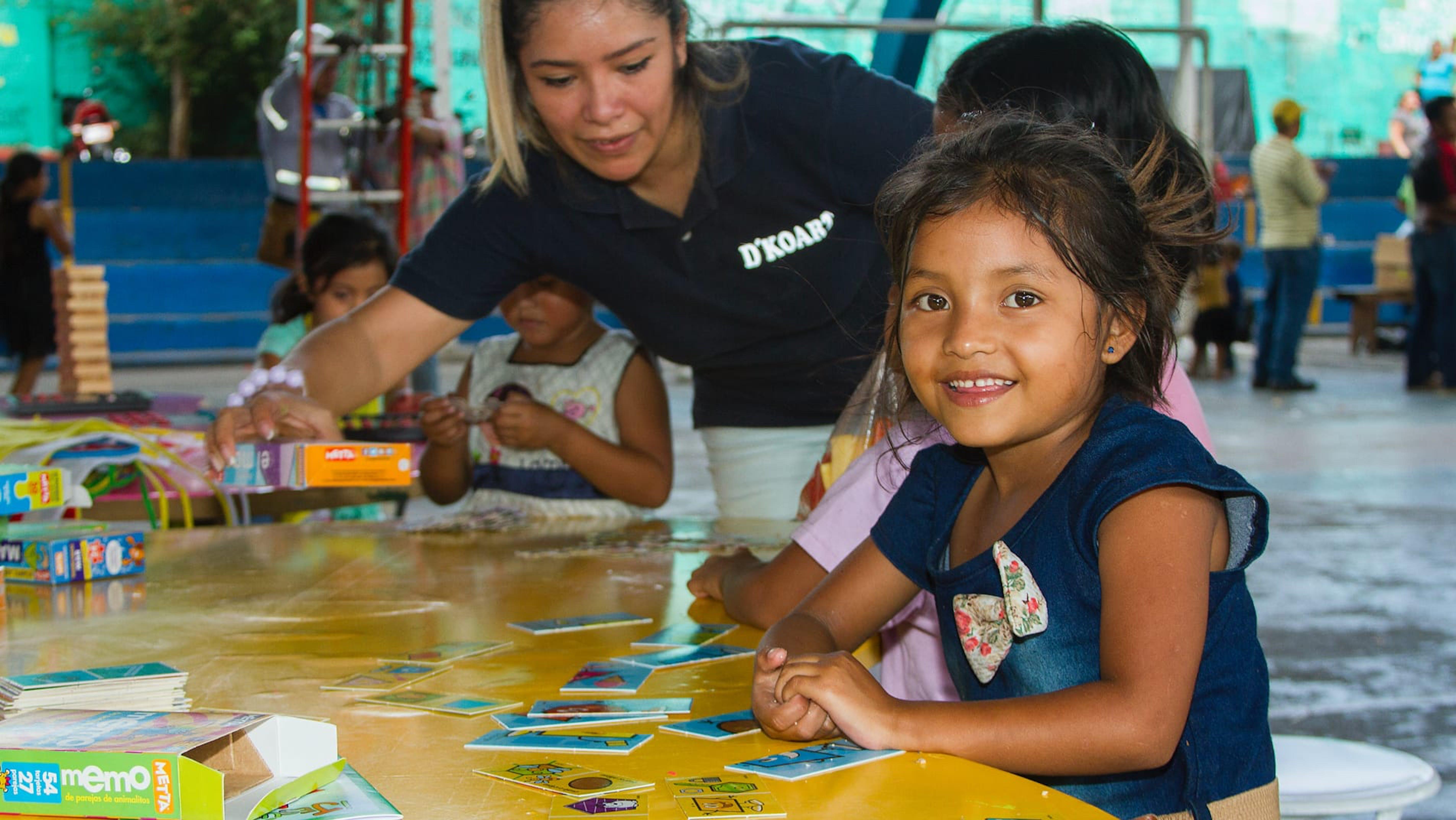 Guatemala, una bambina gioca in un ricovero temporaneo per gli sfollati dall'eruzione del vulcano Fuego.