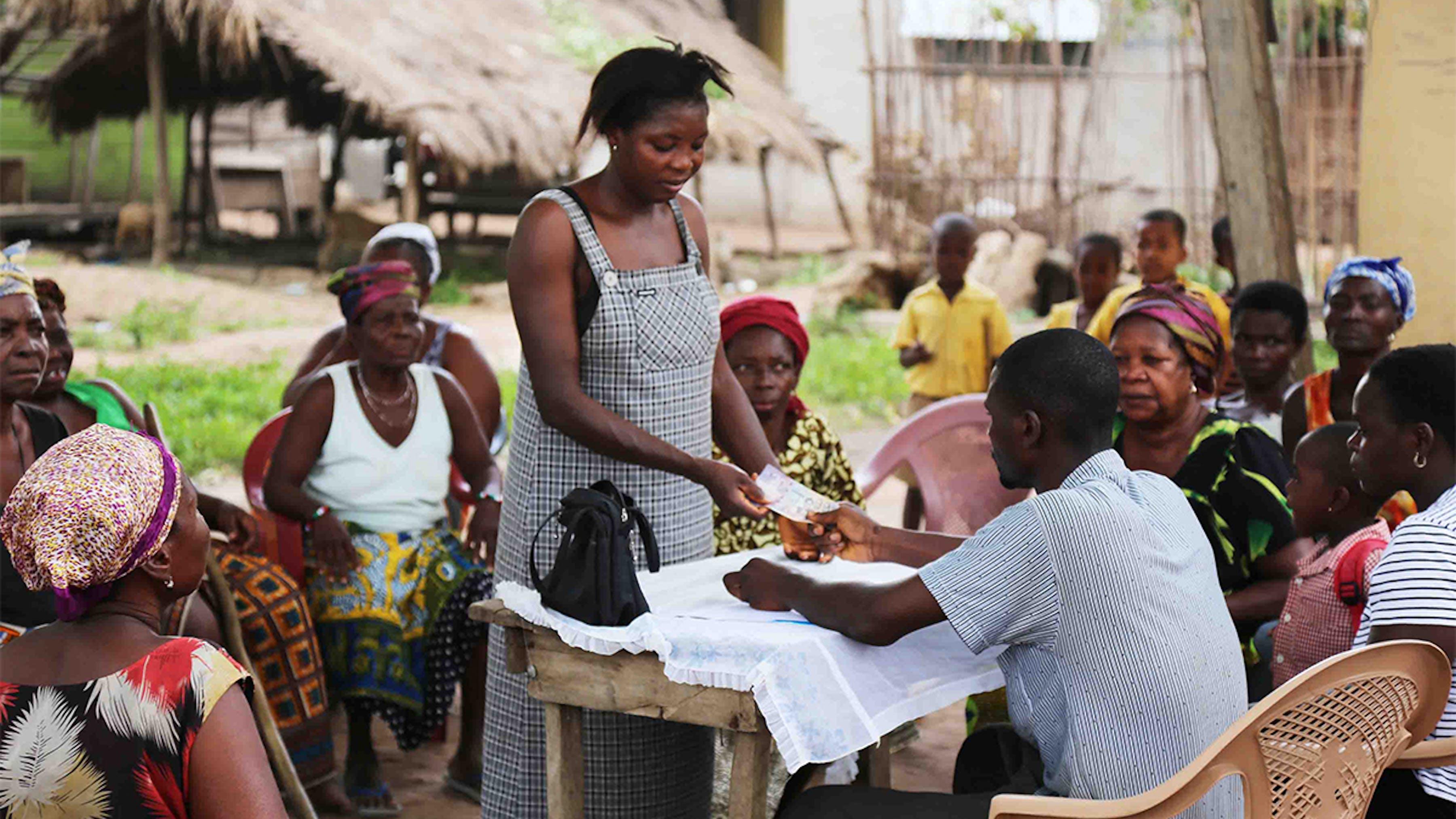 Ghana, una donna riceve il voucher per il sostentamento in denaro.