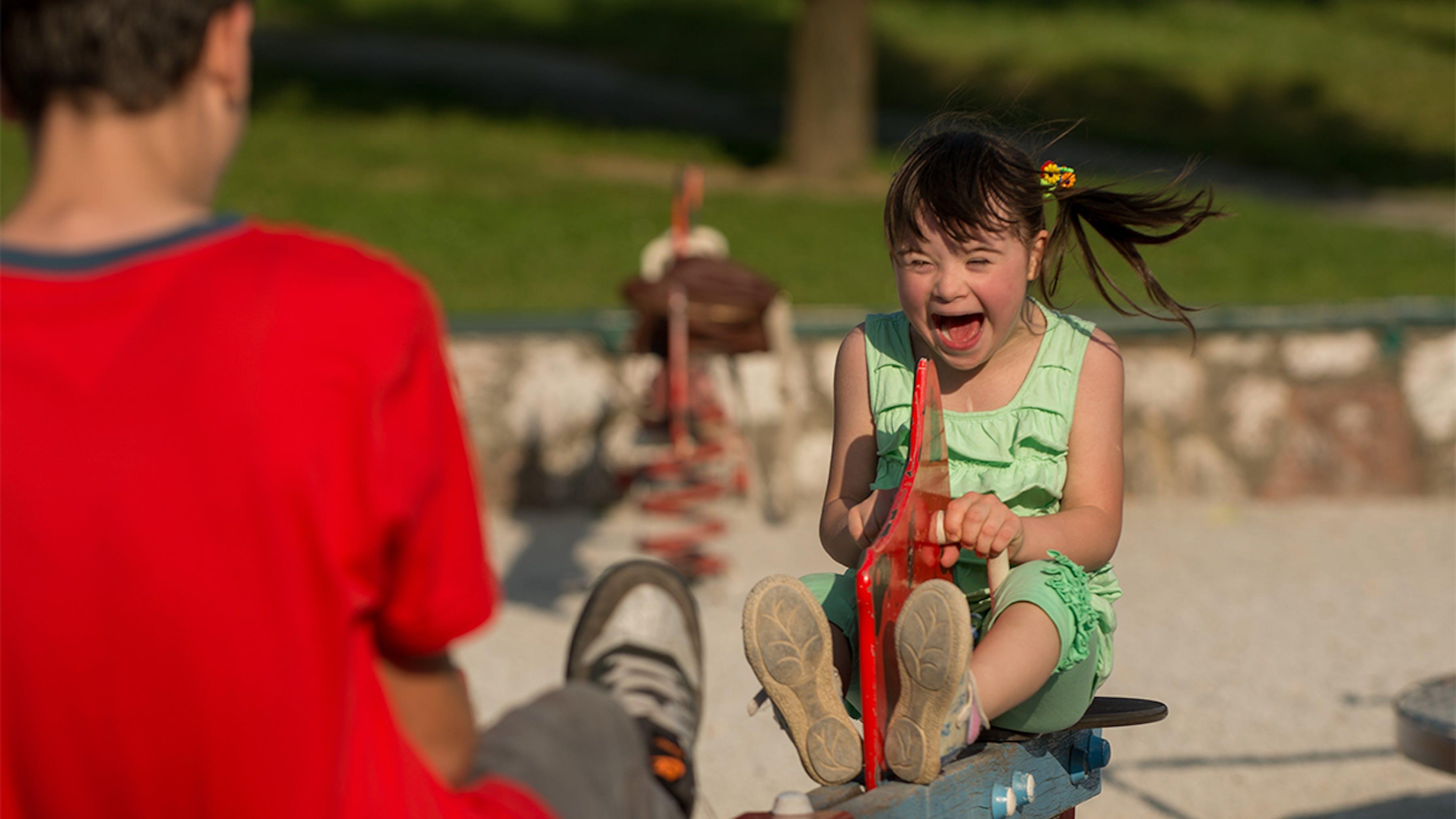 Bosnia Herzegovina, una ragazza disabile gioca con gioia nel parco.