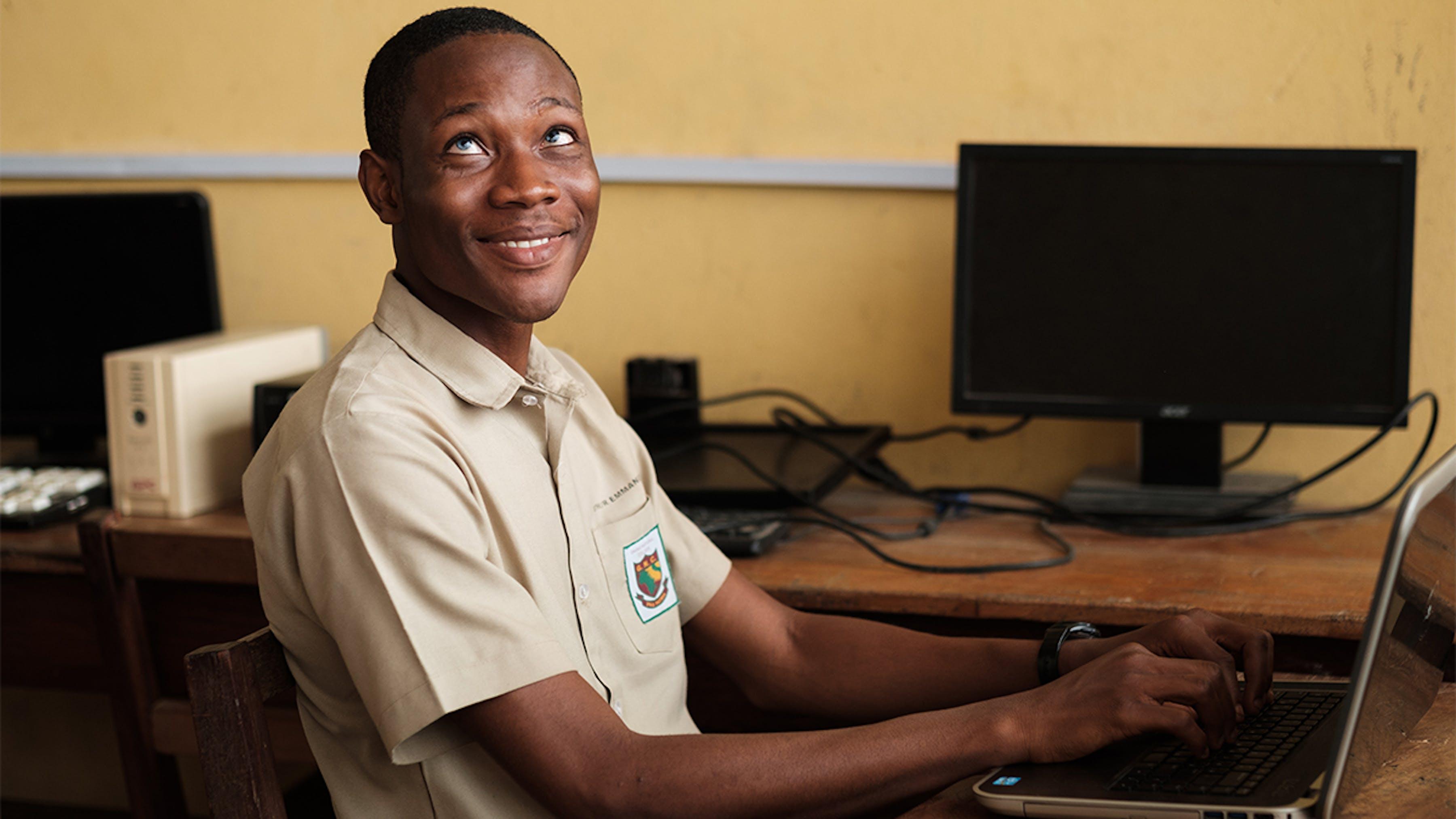 Ghana, il sorriso di uno uno studente con una disabilità visiva.