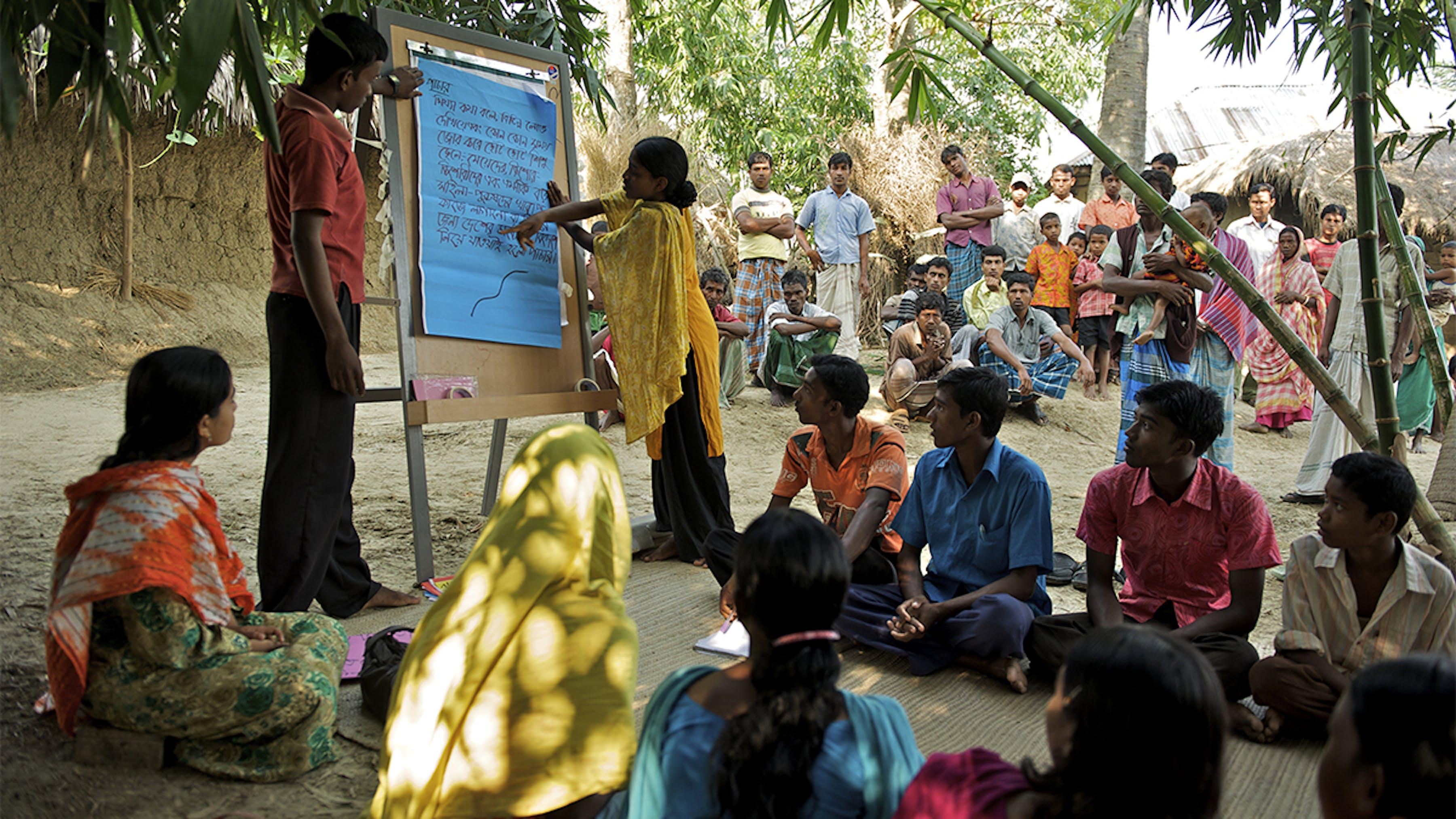 Bangladesh, giovani di un gruppo etnico indigeno partecipano a una sessione di educazione comunitaria.