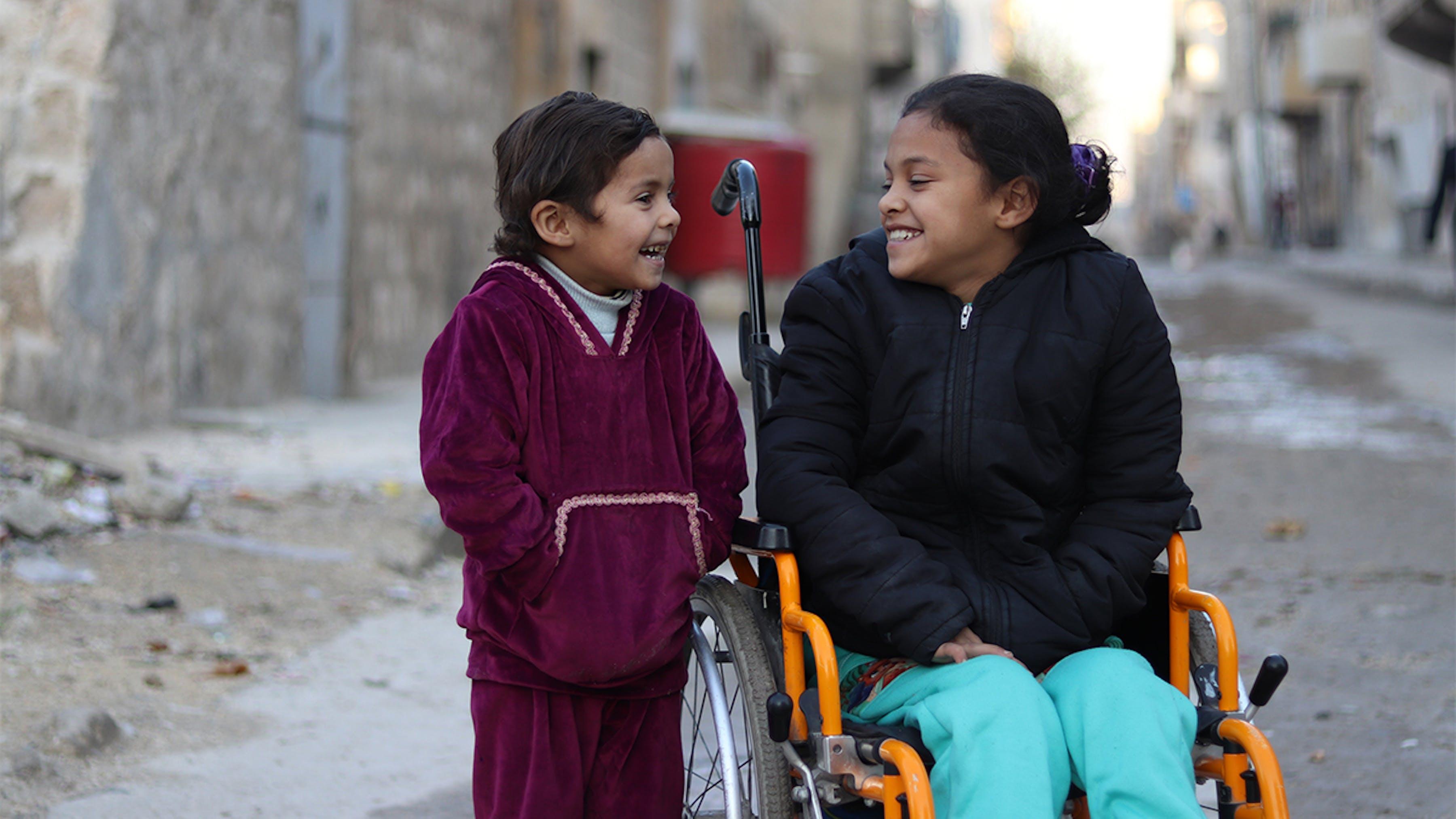 Siria, Hanaa, che ha perso l'uso delle gambe con un esplosione, sorride alla sorella Khadija.