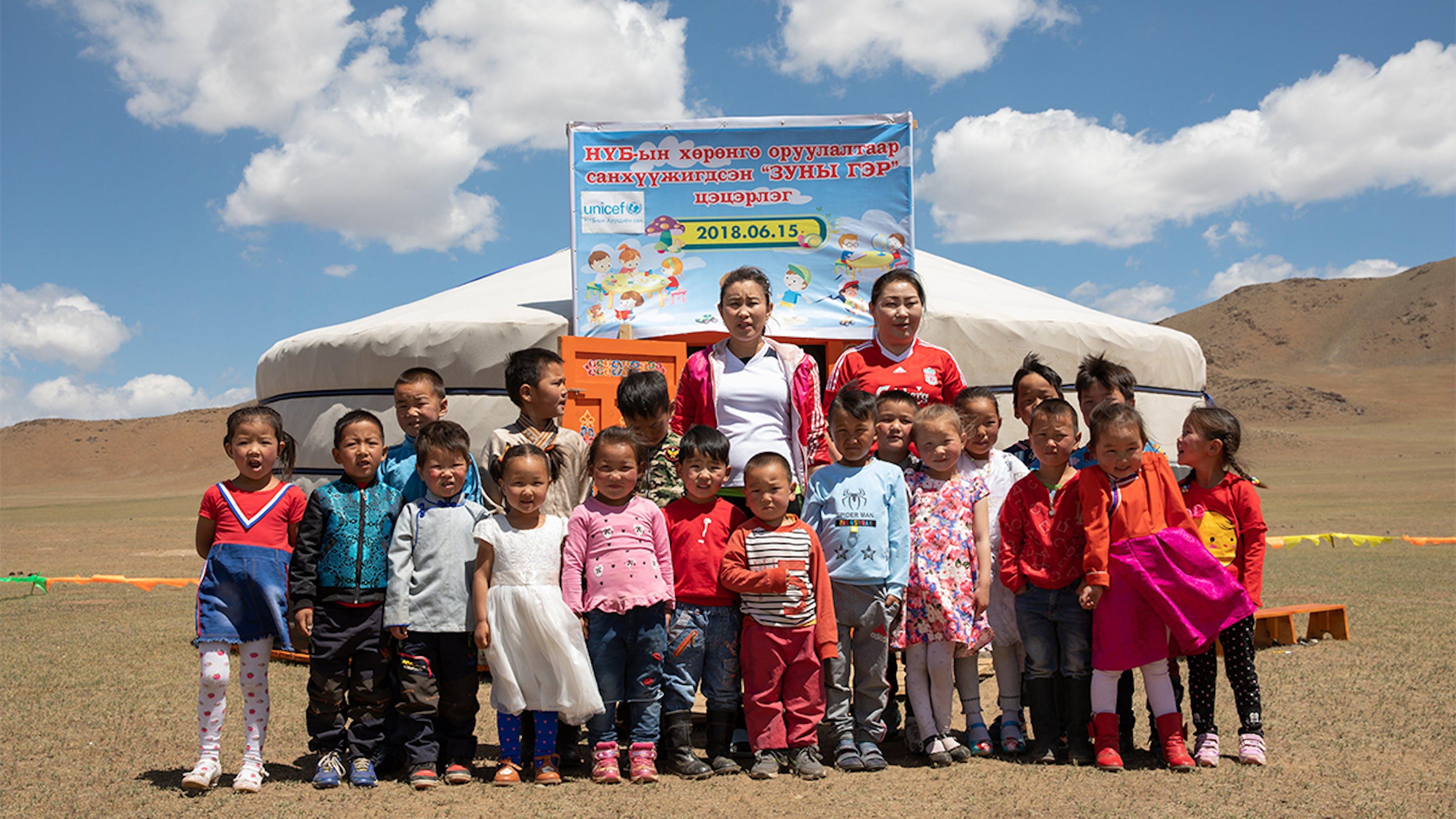 Mongolia, studenti e insegnanti fuori dalla tenda-classe nel primo giorno di scuola.
