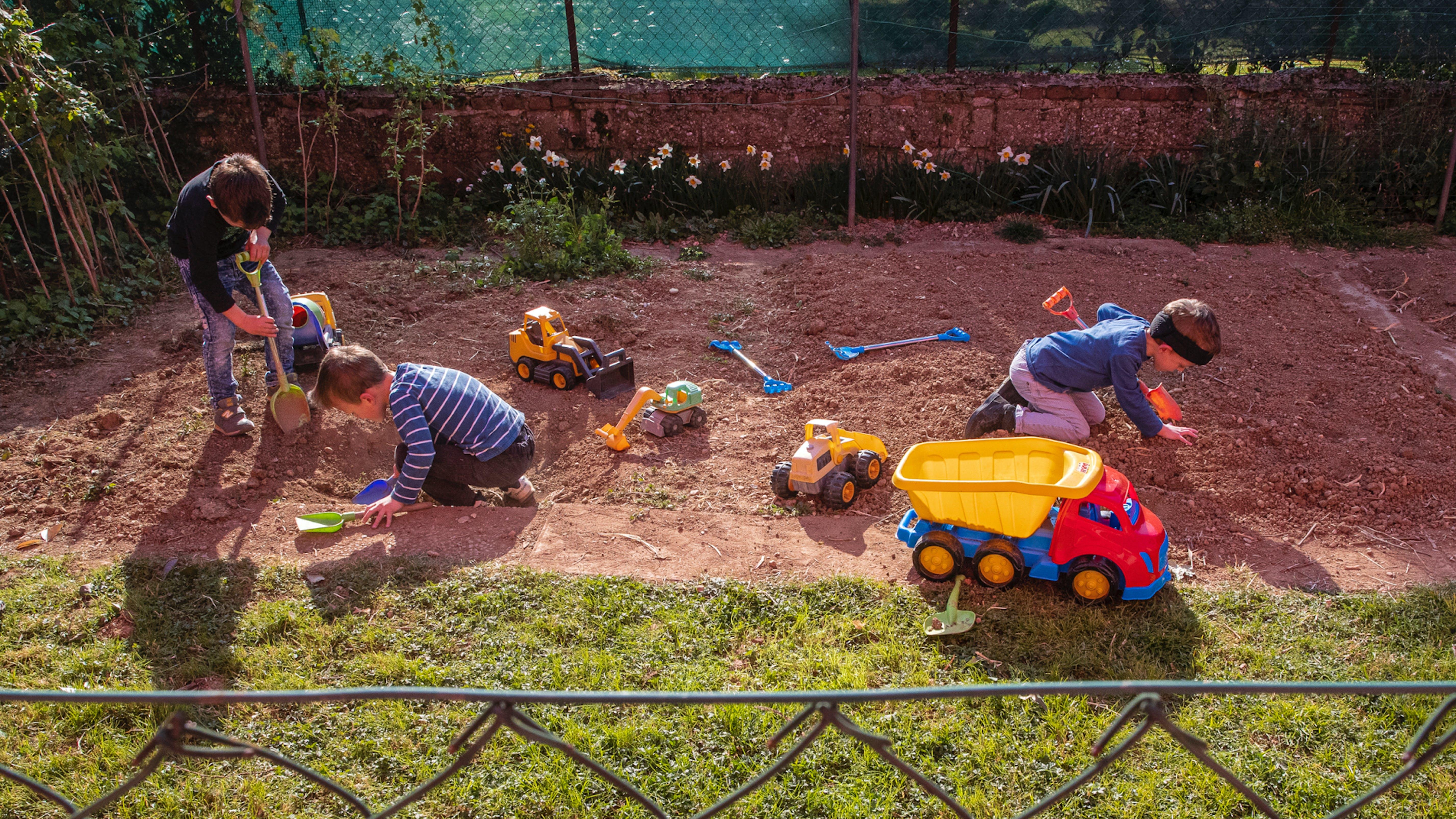 Bambini giocano in un giardino