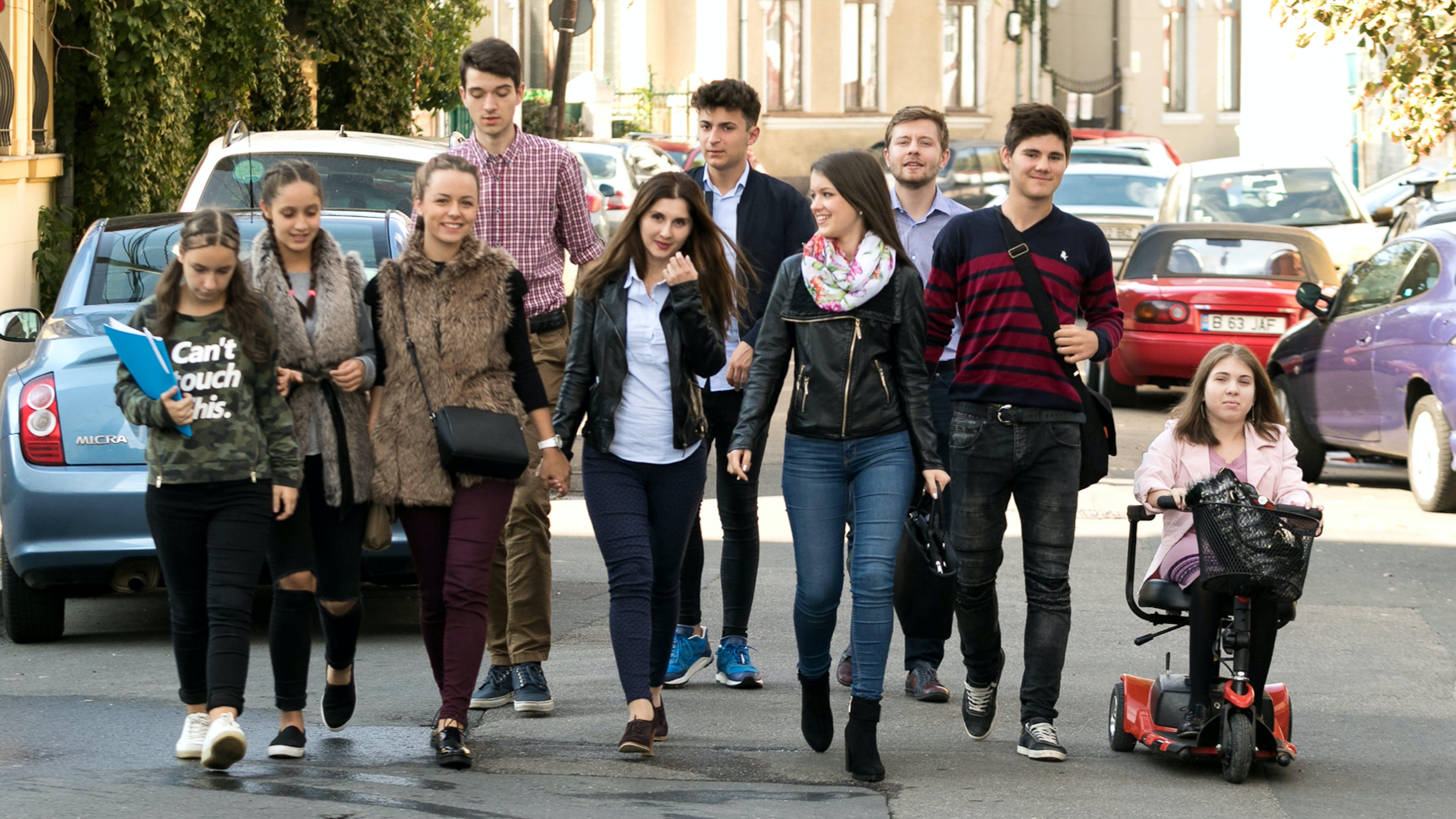 Un gruppo di ragazzi camminano insieme