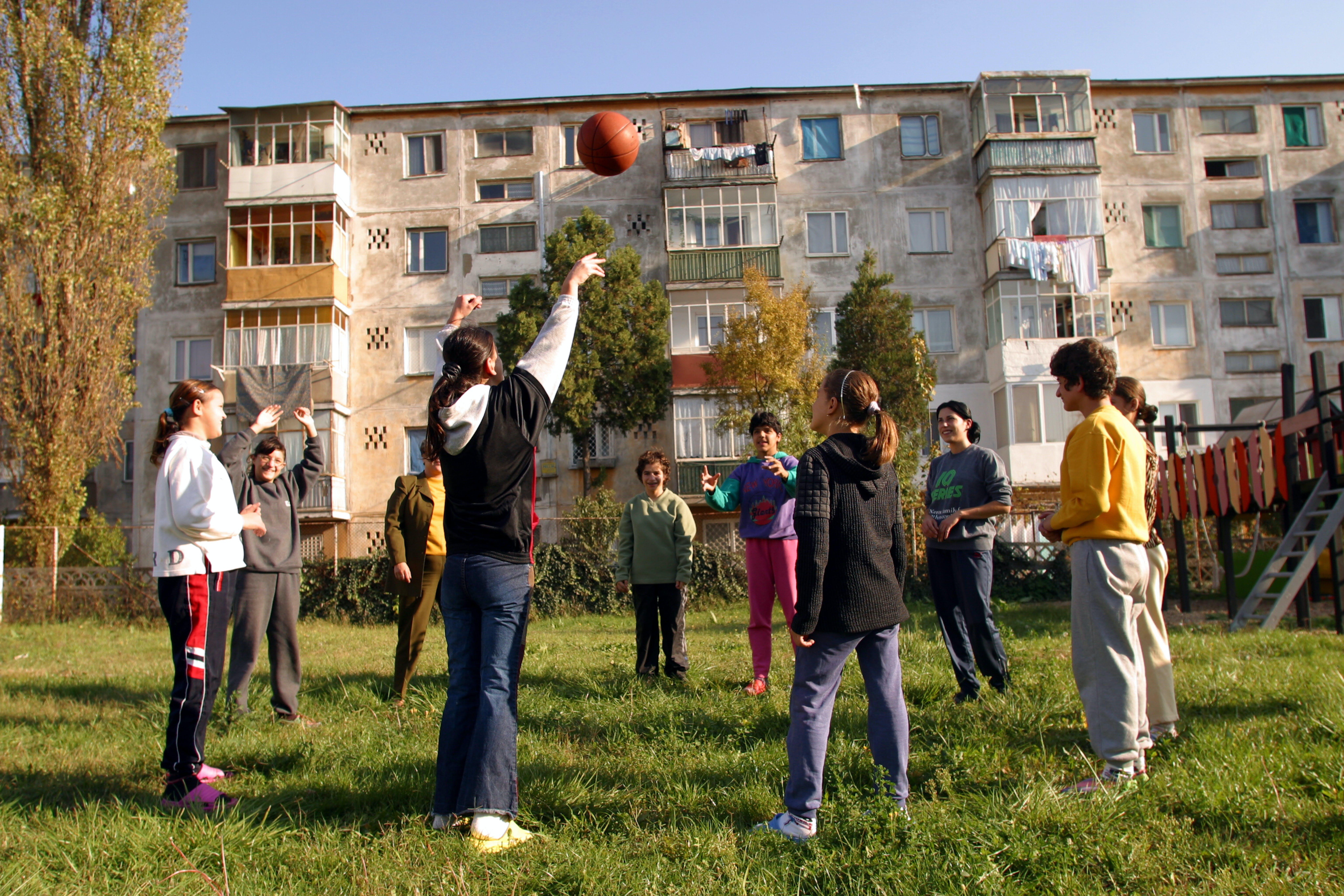 Un gruppo di bambini gioca fuori da una casa per bambini nella città di Constanta.