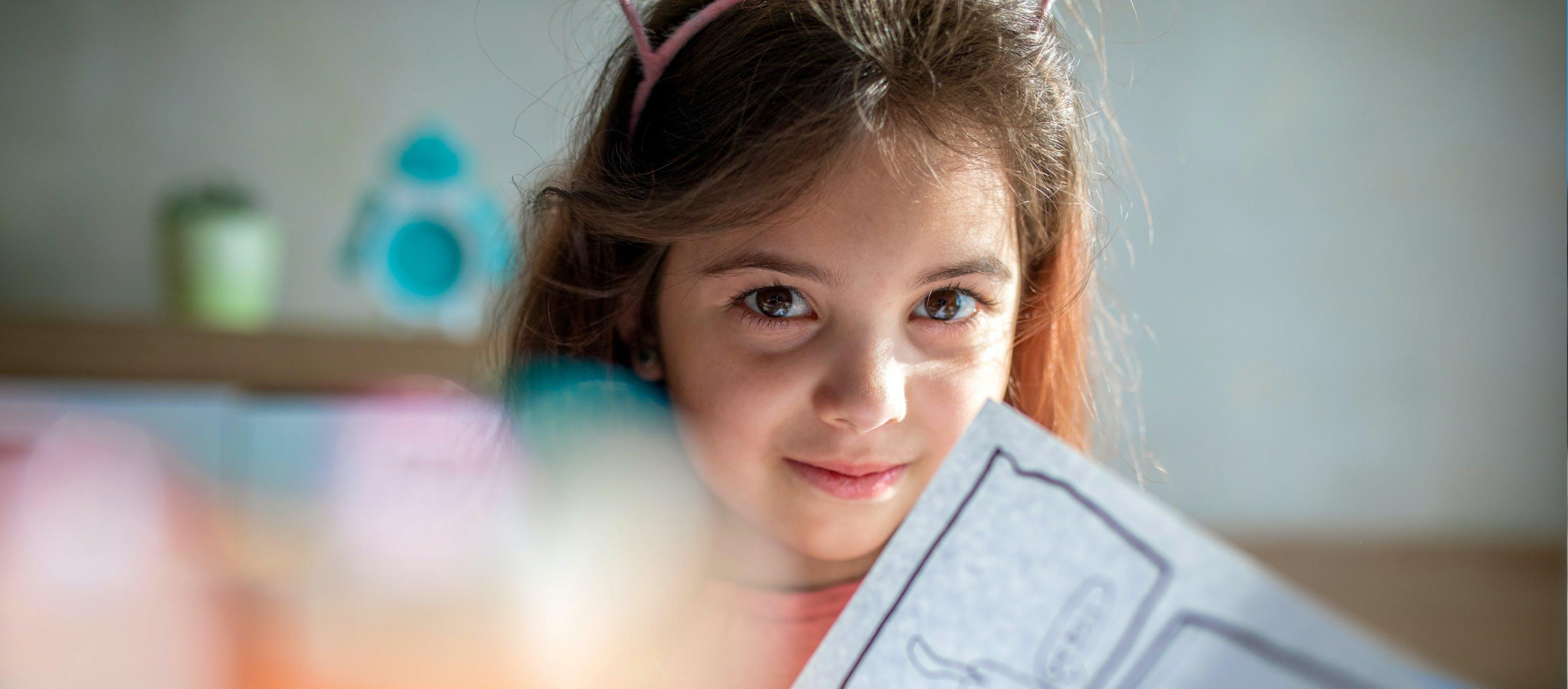 Una bambina con il suo blocca da disegno