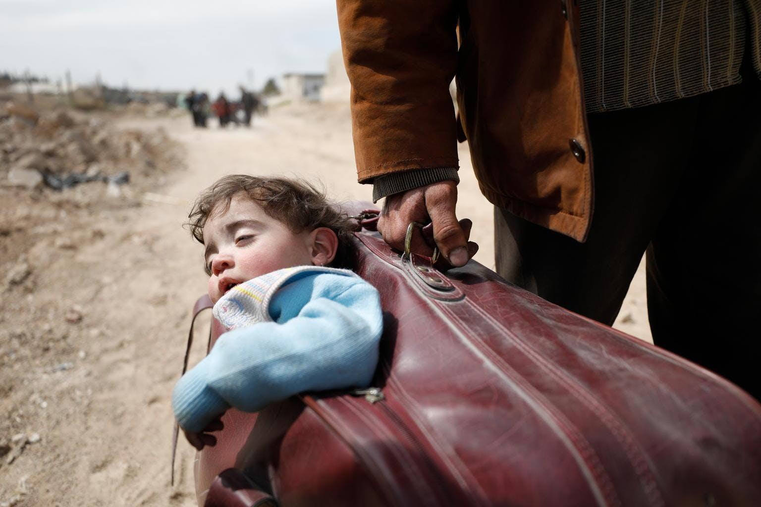 Emergenza-Siria-bambino-valigia