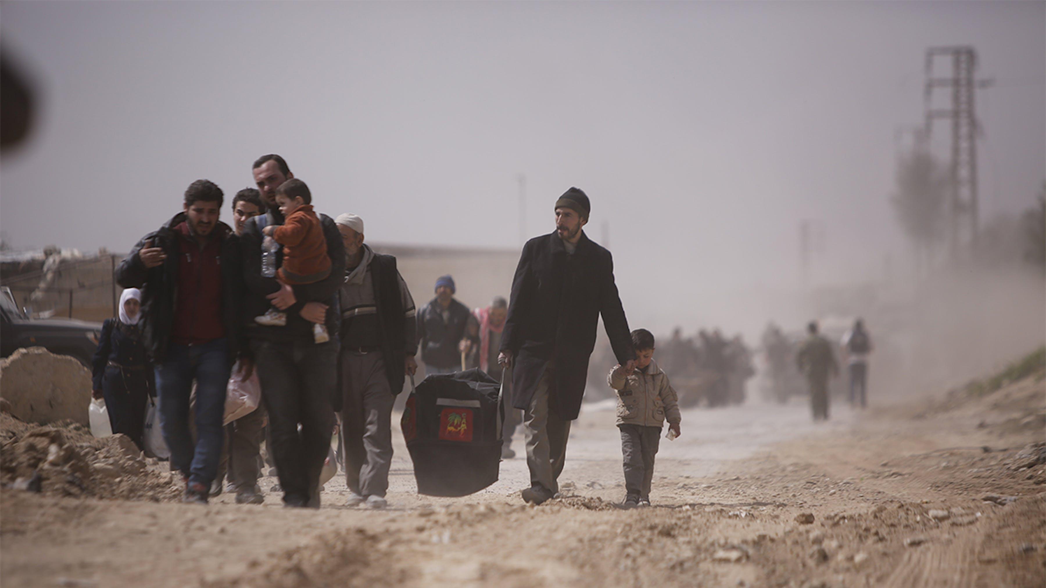 Siria, famiglie vengono evacuate da una zona di guerra