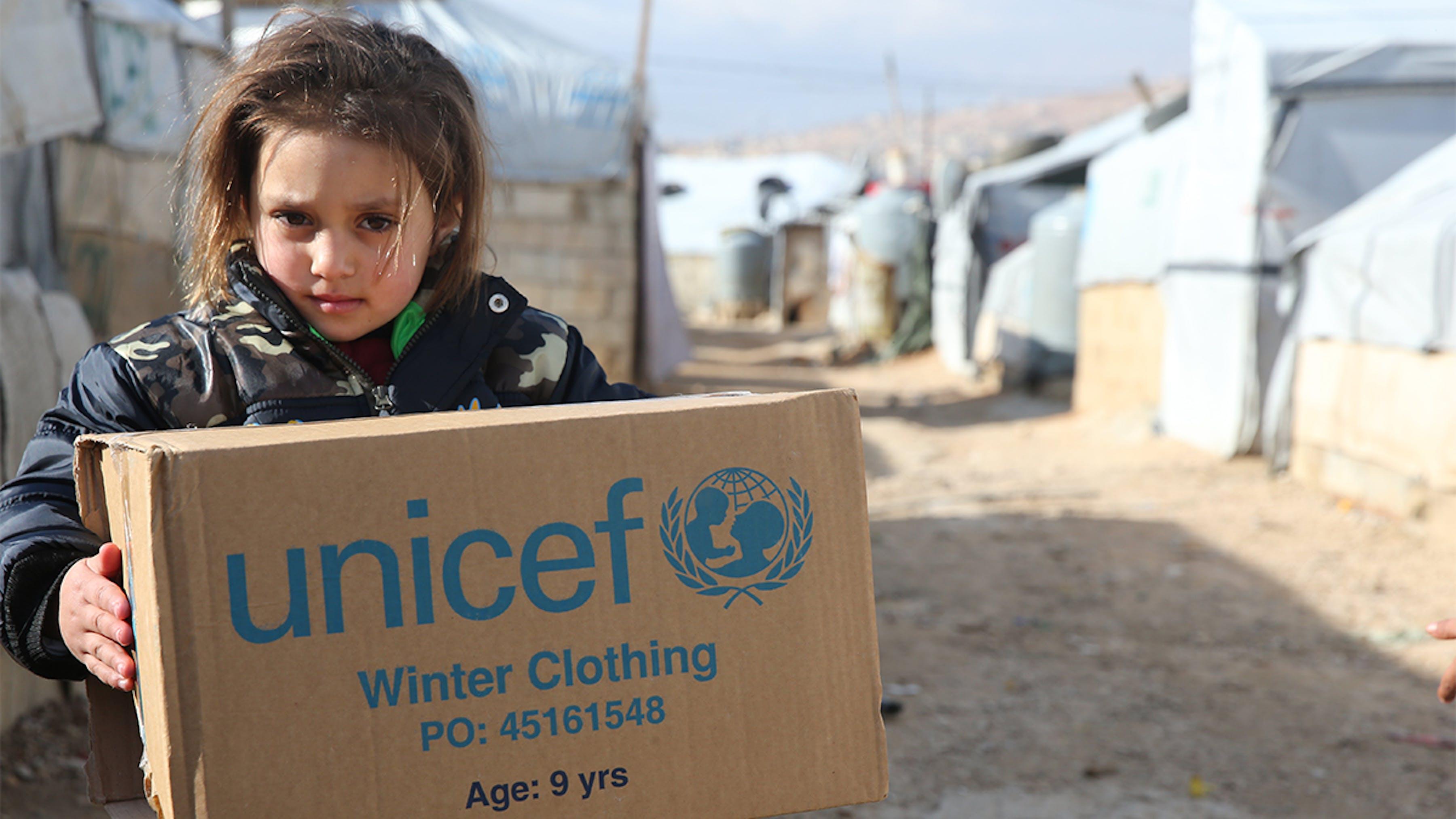 Libano, una bambina rifugiata siriana riceve aiuti per l'inverno