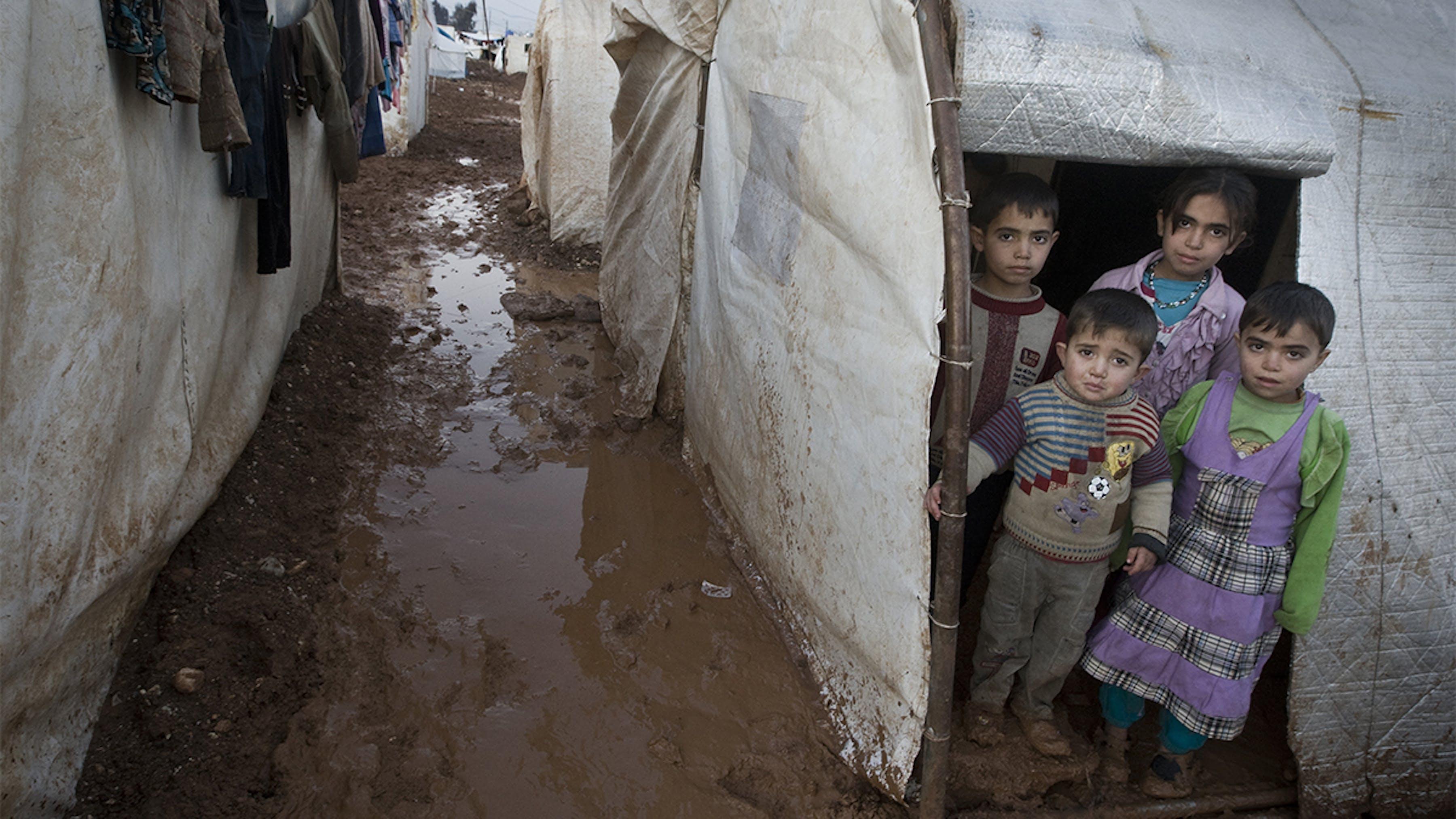Siria, bambini all'ingresso della loro tenda, nel campo di Bab Al Salame