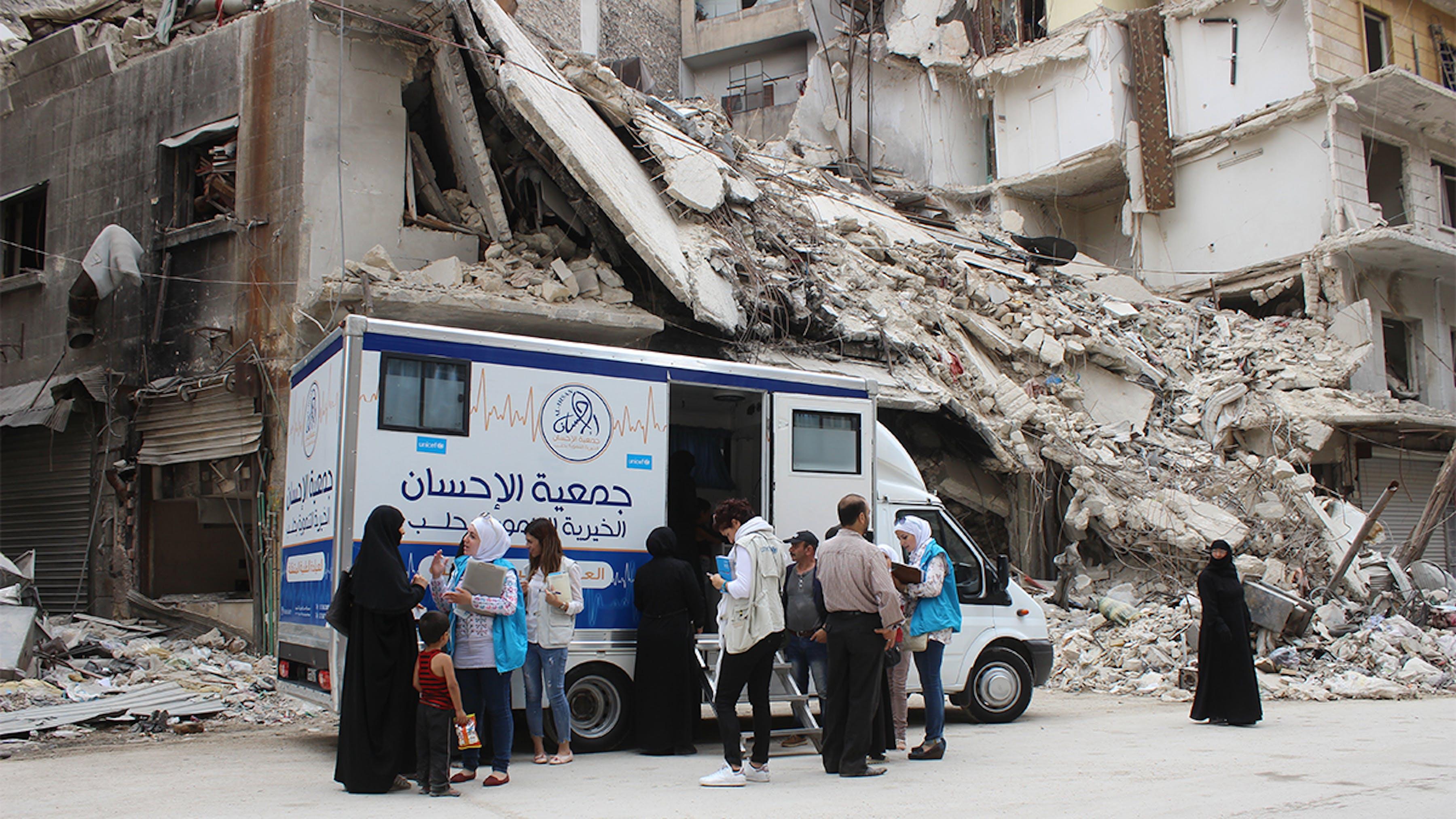 Siria, donne e bambini ricevono assistenza da una clinica mobile