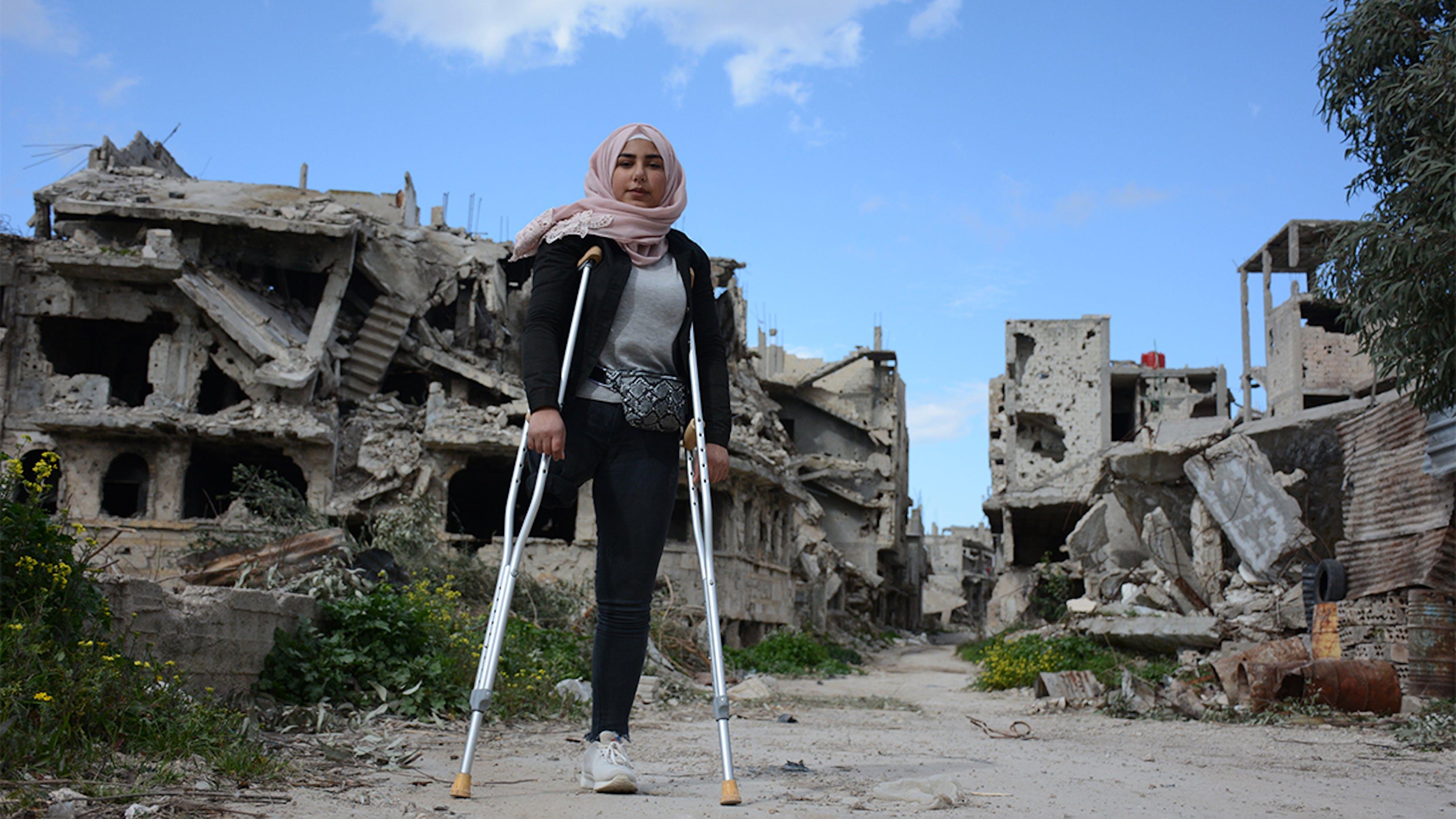 Siria, Nour, 16 anni, nel suo quartiere devastato dalla guerra e ora parzialmente abitato di Karm