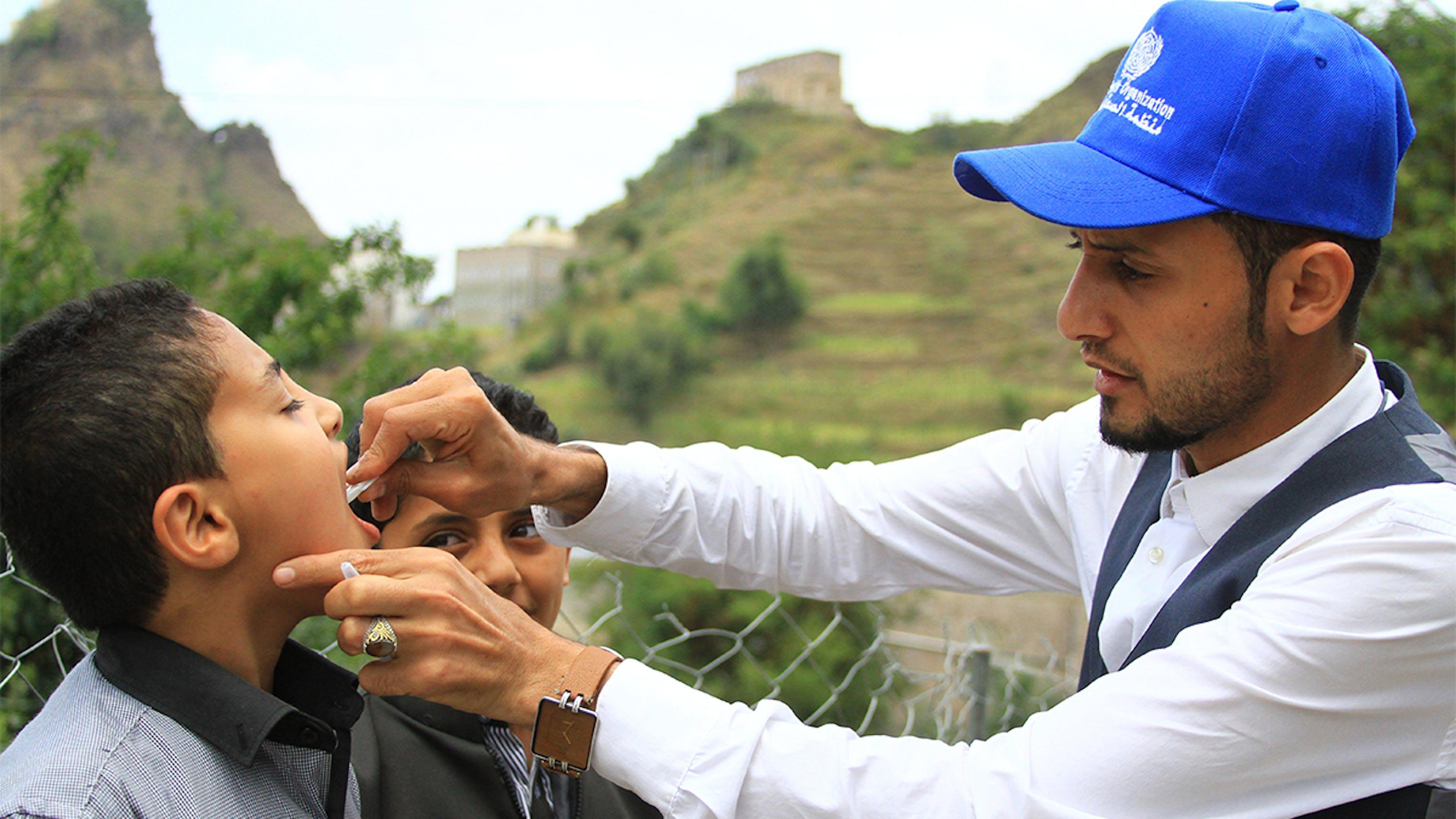 Yemen, un bambino viene vaccinato contro il colera
