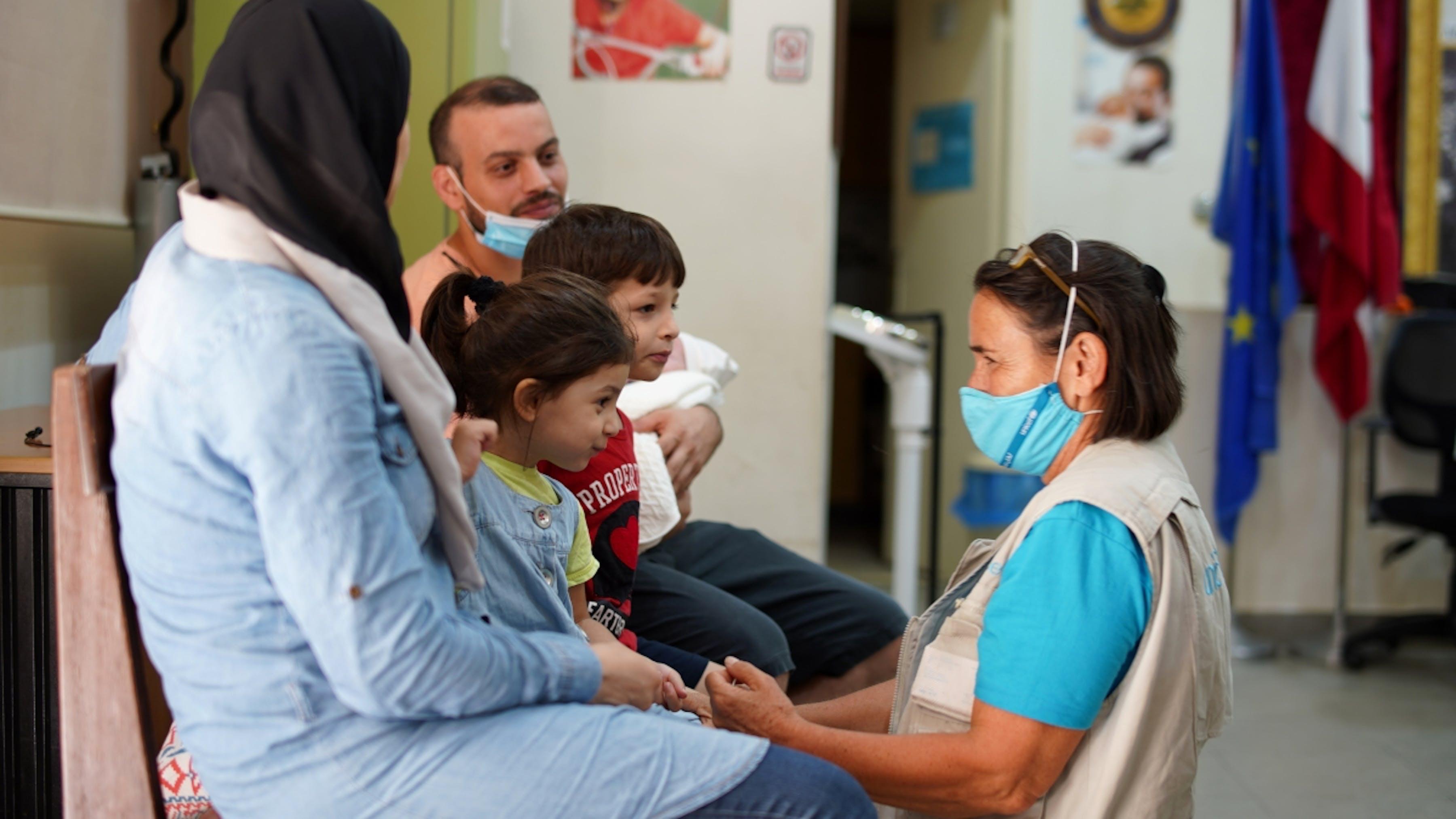 Libano, un mendico fornisce sostegno e cure sanitarie ai bambini e alle famiglie colpite dall'esplosione del porto di Beirut.