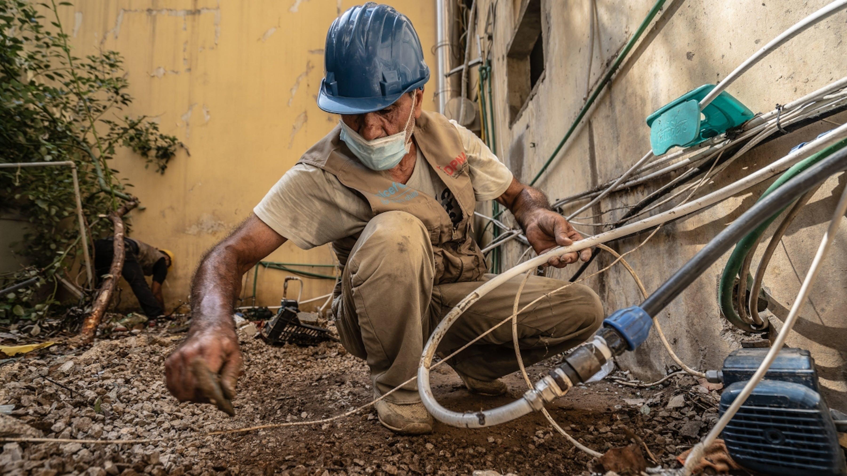 Libano, un operatore impegnato nella riparazione della rete idrica di Beirut danneggiata dalle esplosioni.