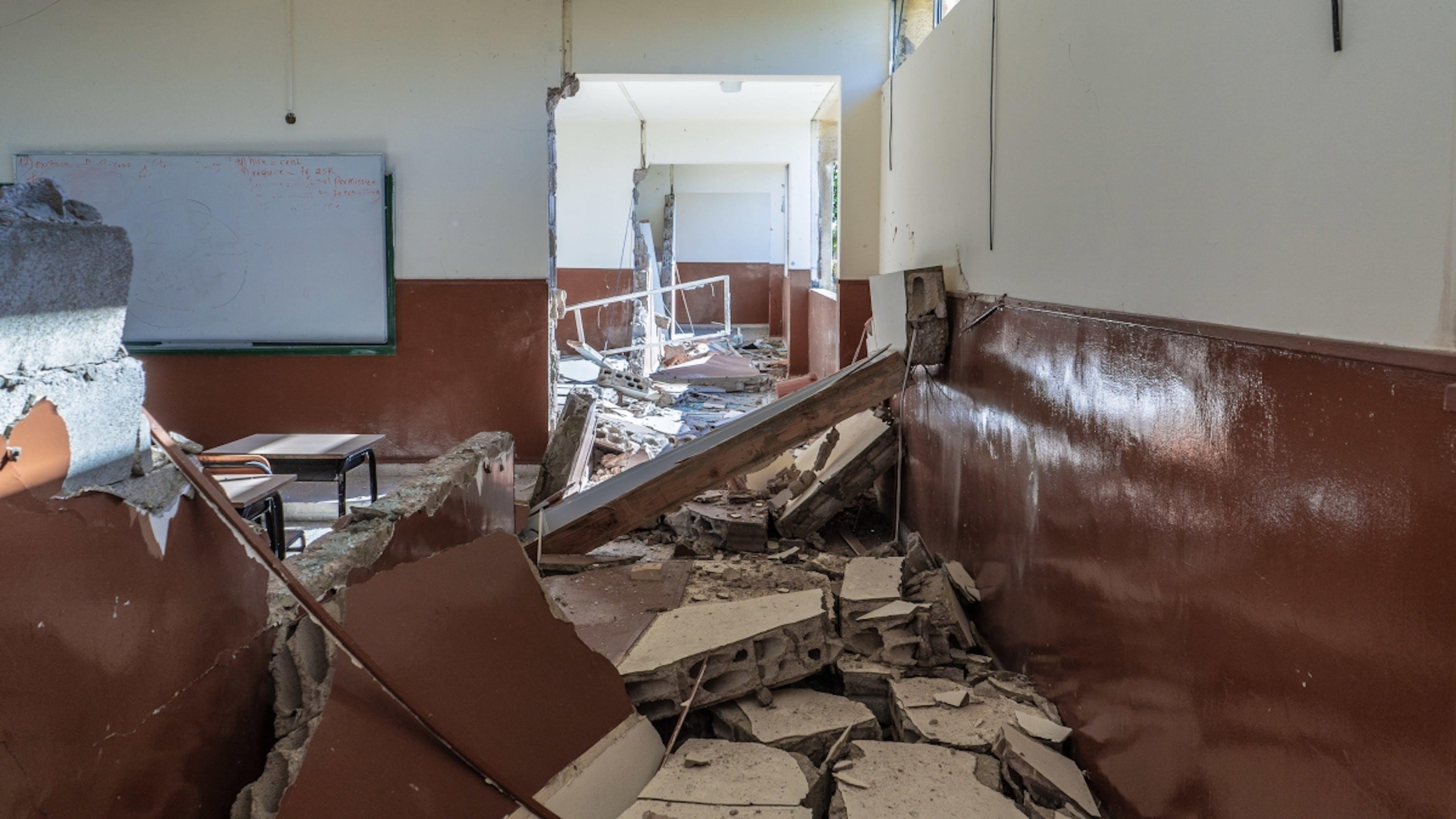 Libano, una scuola di Beirut danneggiata dalle esplosioni.