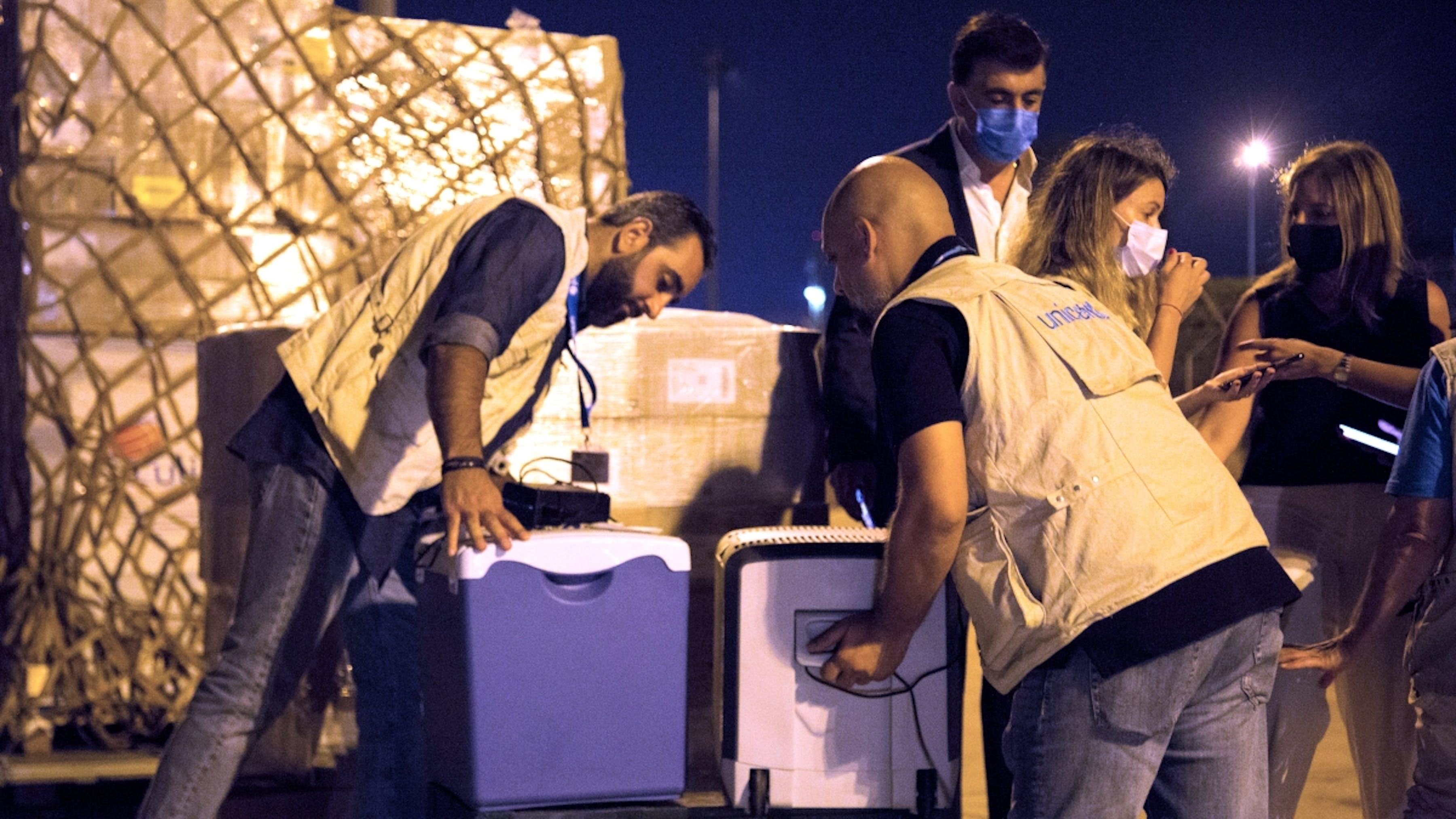 Libano, team dell'UNICEF ispezionano gli aiuti d'emergenza appena giunti in aeroporto.