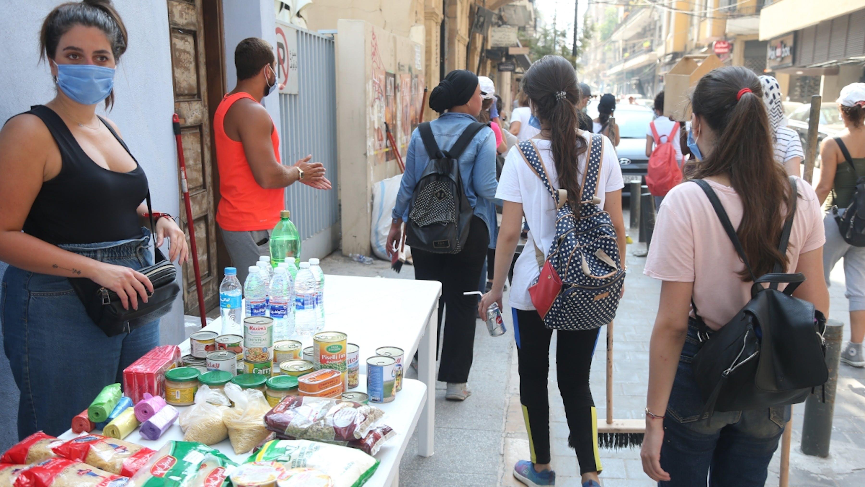 Libano, a Beirut i volontari forniscono cibo e acqua alla comunità.