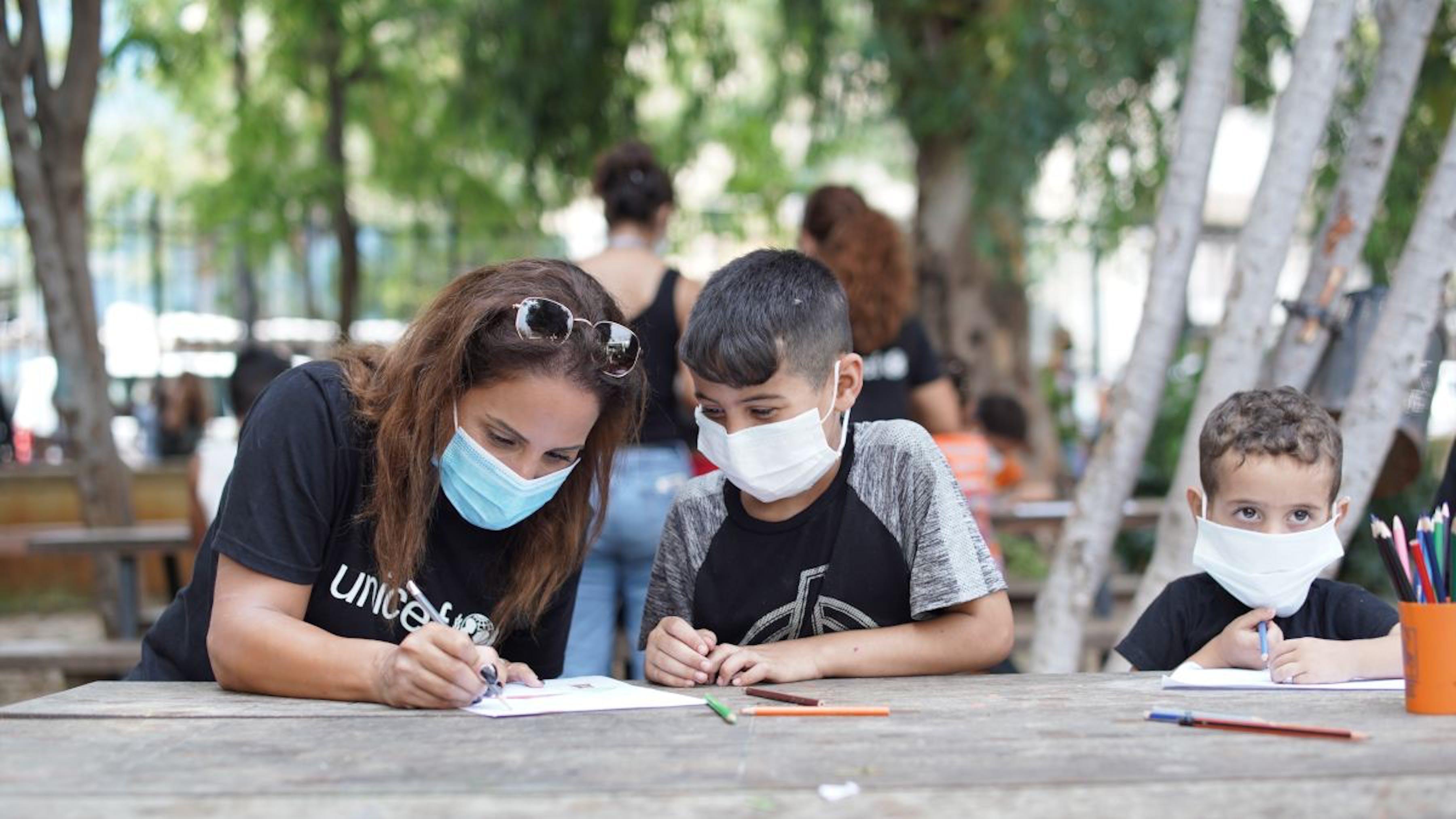 Beirut, bambini libanesi partecipano ad attività psicosociali nello spazio a misura di bambino dell'UNICEF.