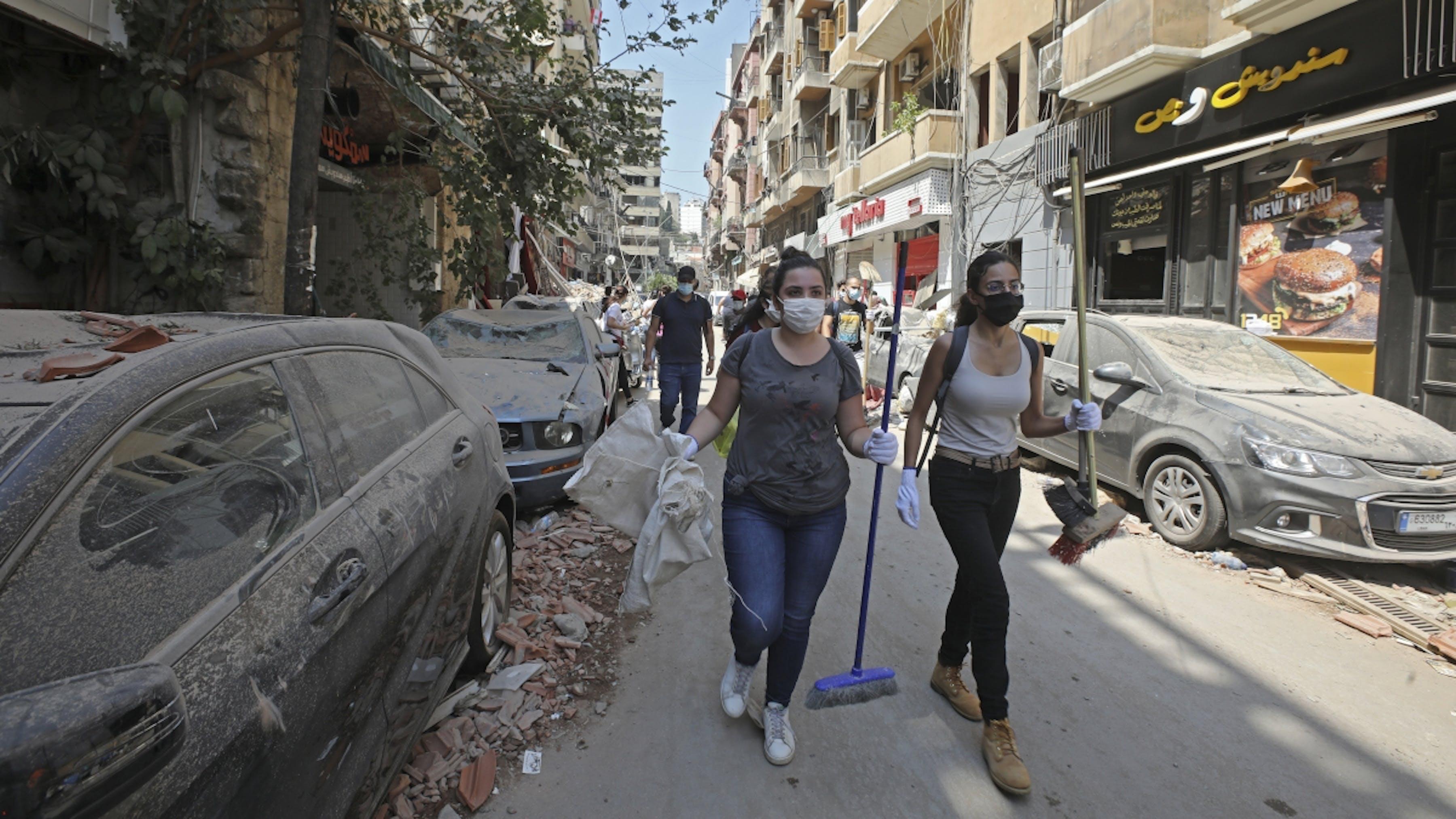 Libano, alcuni volontari rimuovo i detriti causati dalle esplosioni a Beirut.