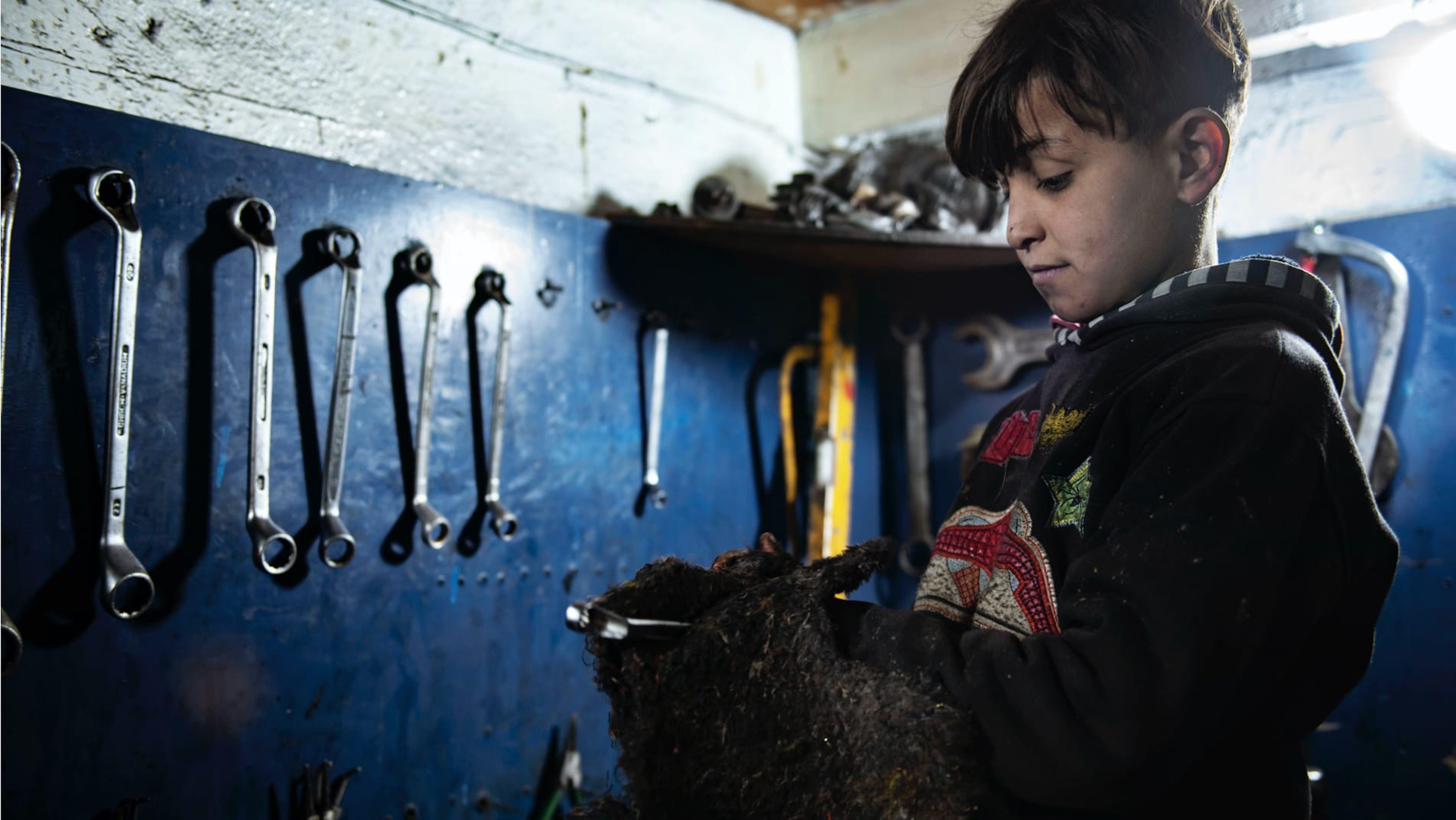 Hussein, 10 anni, lavora in officina da 2 anni. Ha frequentato un solo mese di scuola in Siria.