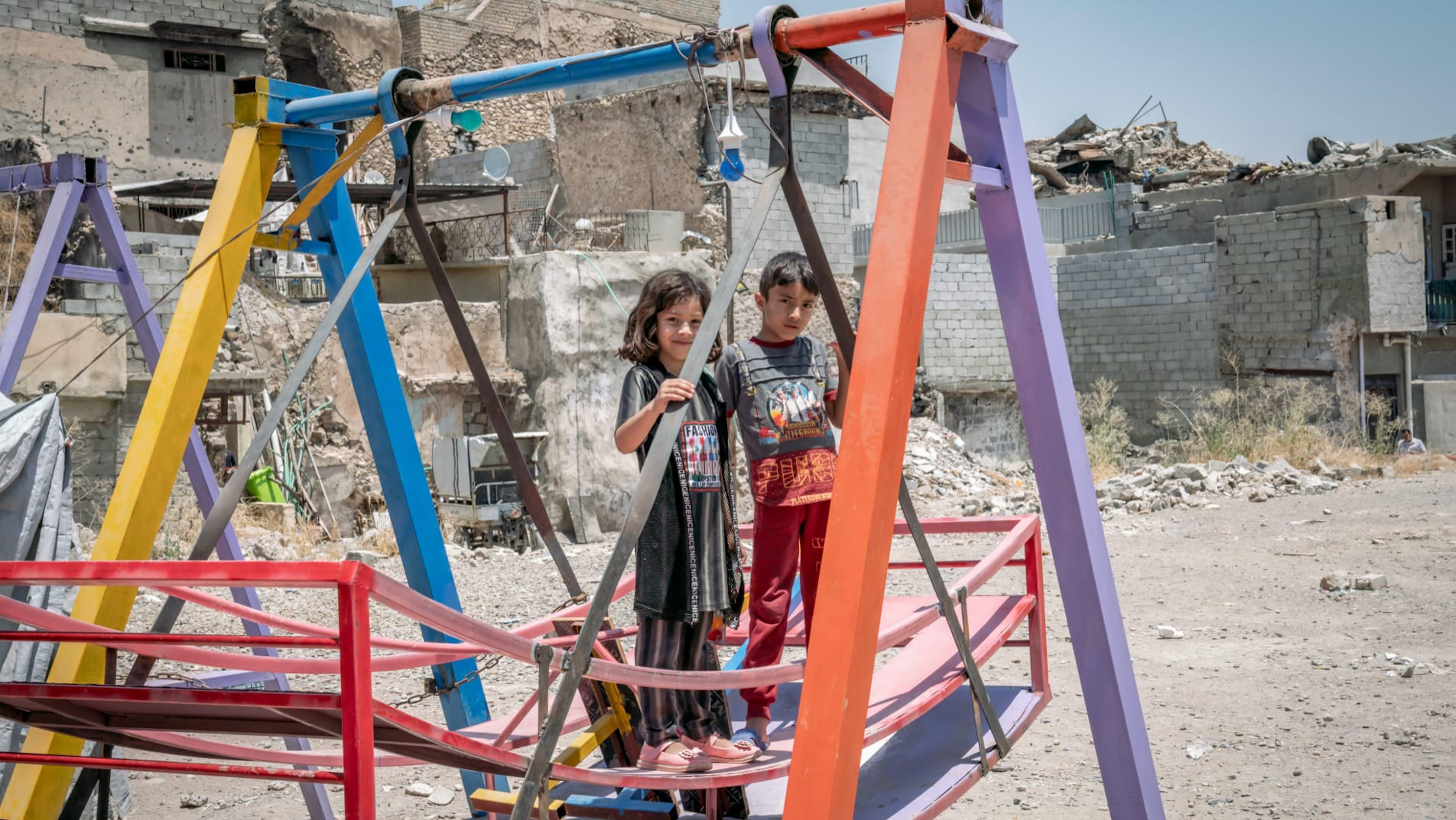 Iraq, due bambini giocano tra le rovine di Mosul.