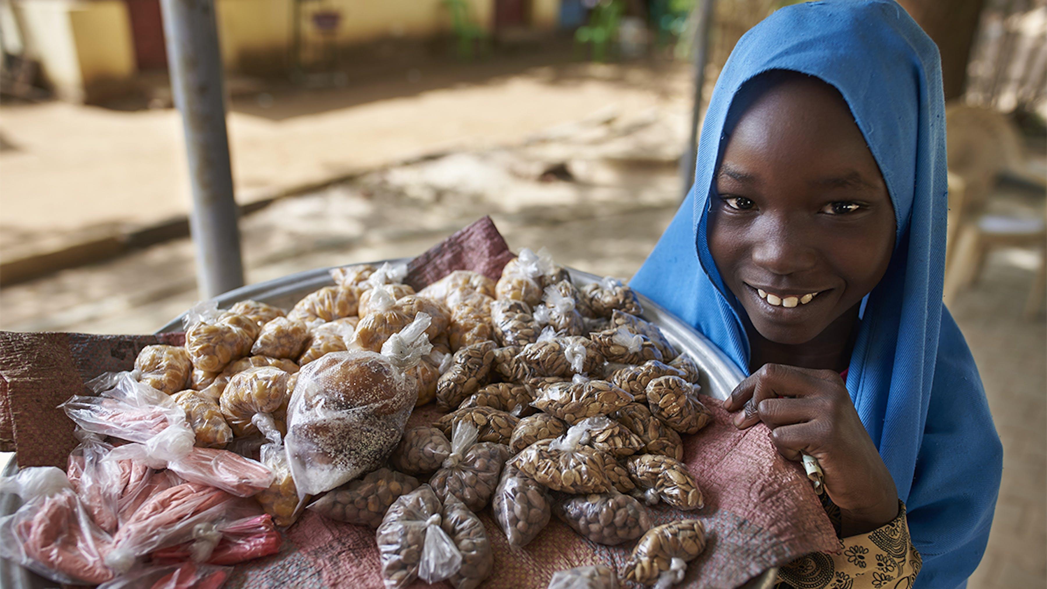 Sudan, una bambina vende snack nella città di Kadugli.