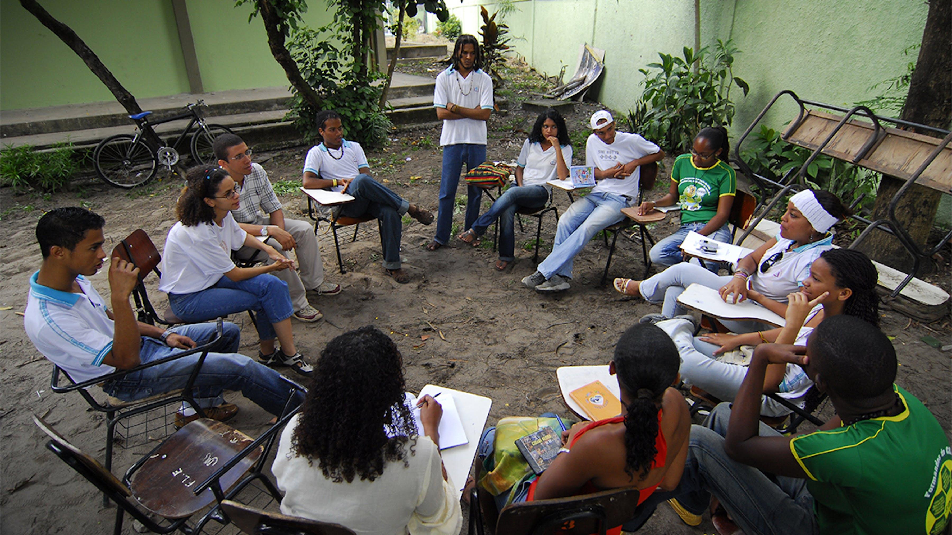 Brasile, adolescenti discutono di questioni sociali, tra cui razzismo.