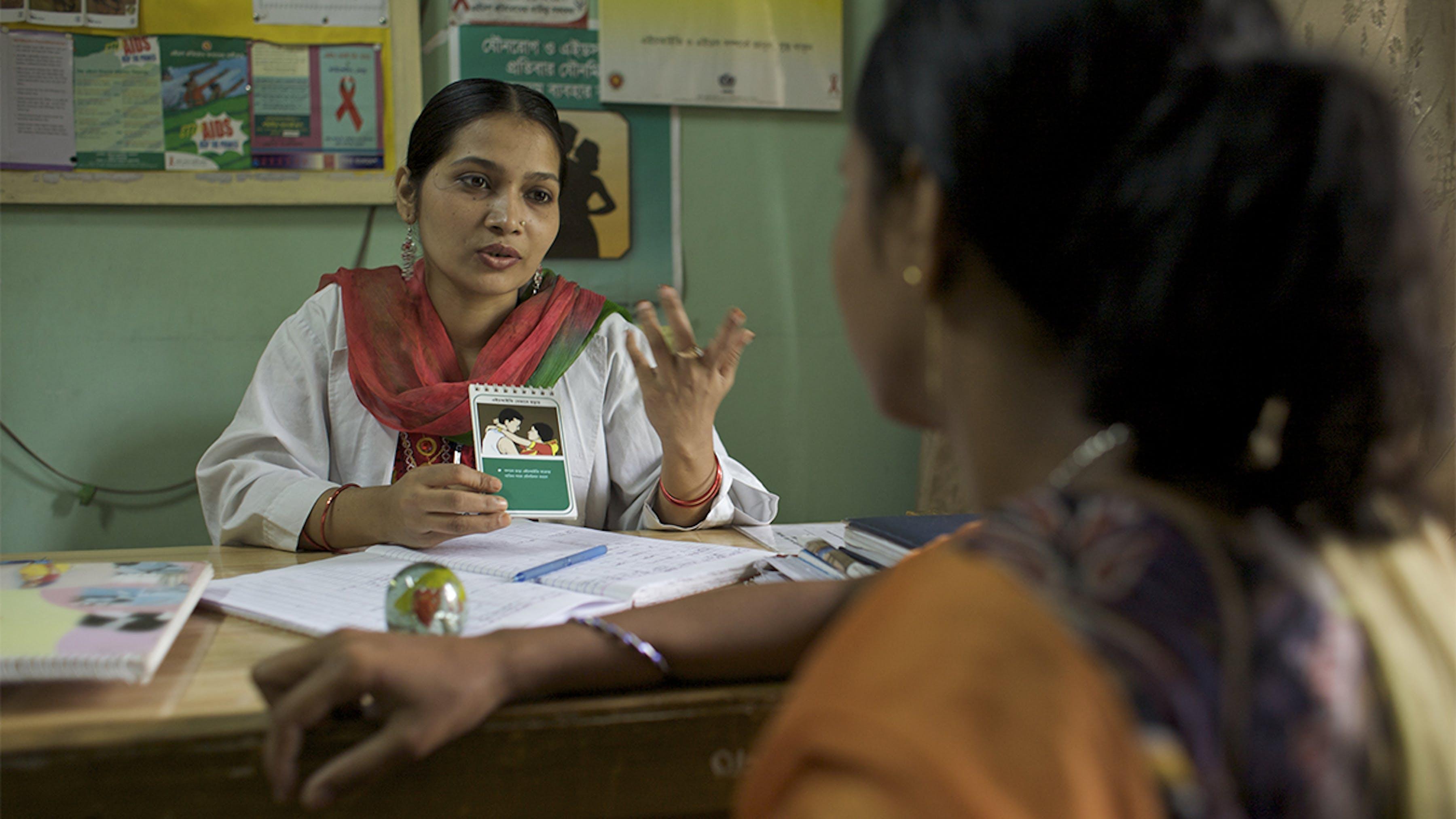 Bangladesh, una giovane dottoressa assiste una ragazza vittima dello sfruttamento sessuale.