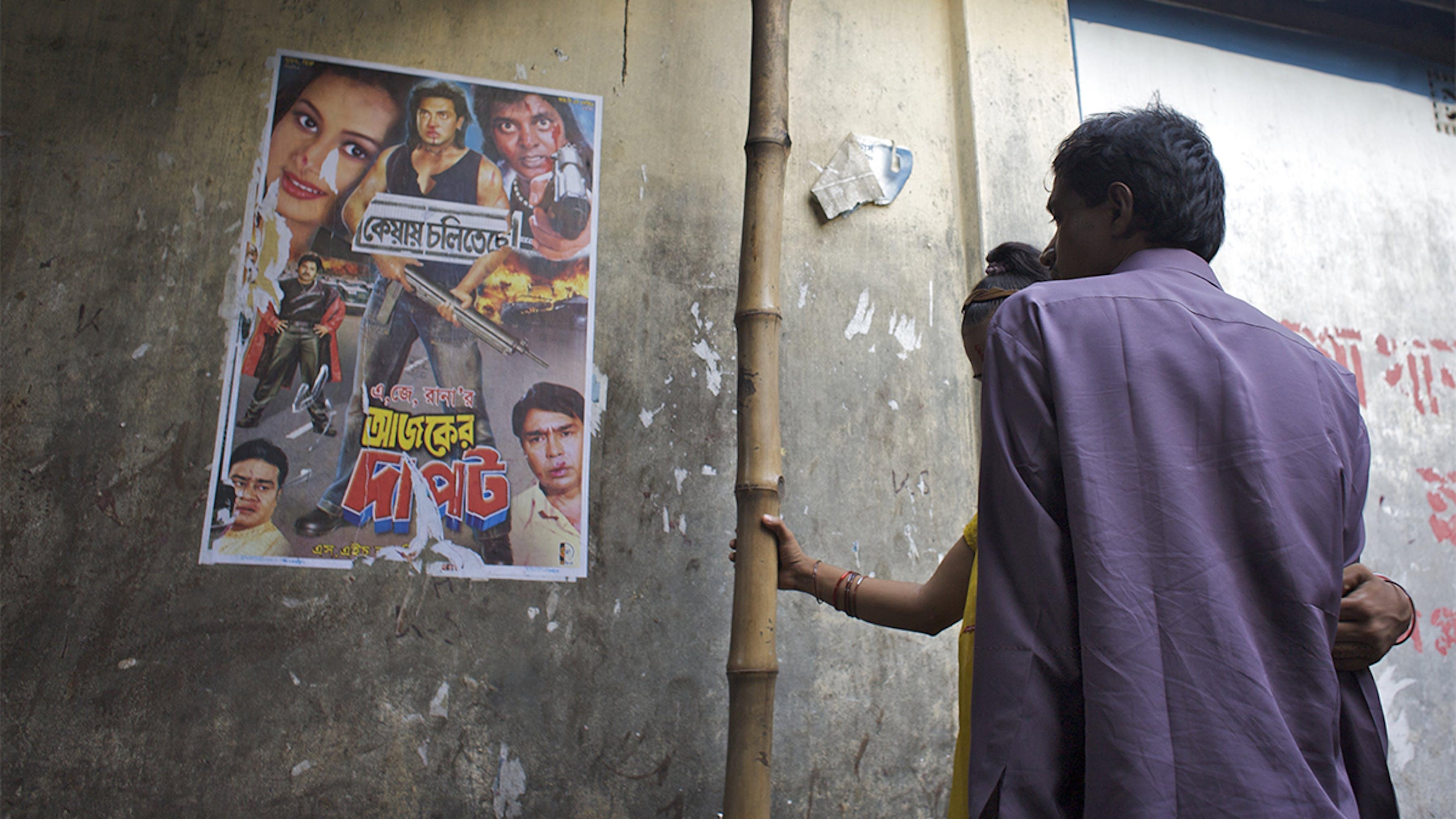 Bangladesh, una giovane prostituta con un uomo fuori dalla sua stanza.