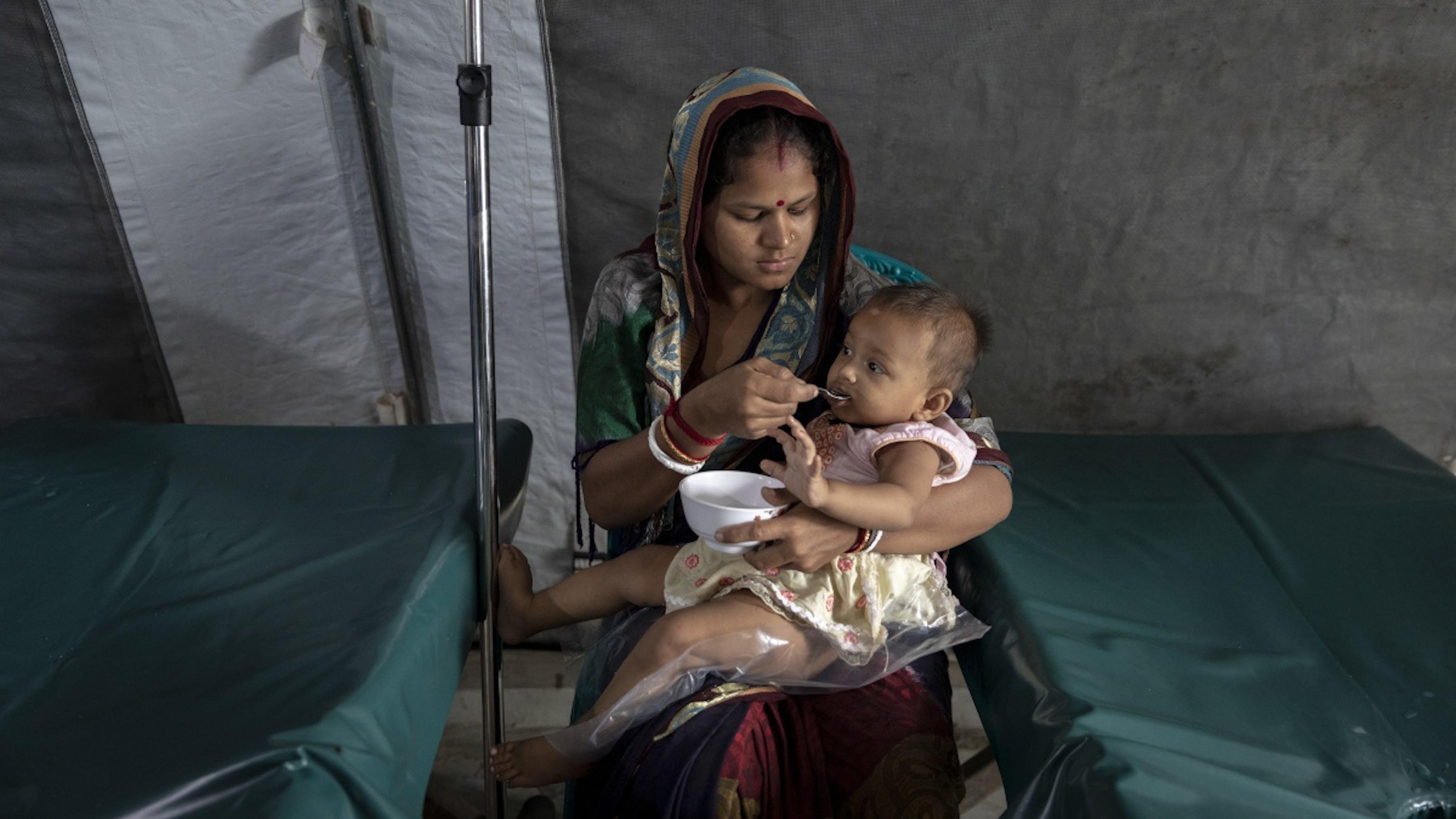 Bangladesh, bambina nutrita da sua madre