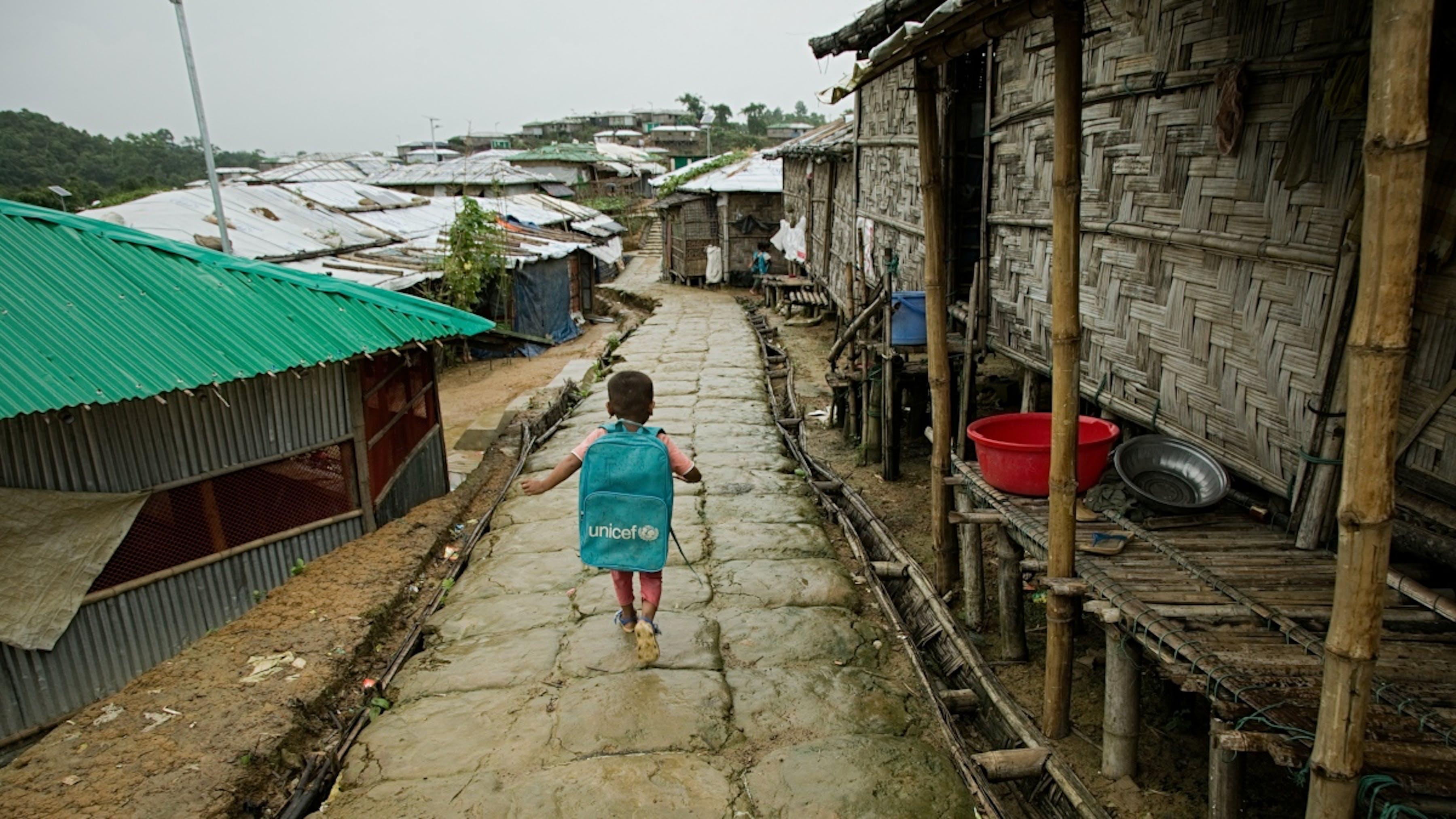 Bangladesh, un bambino verso il centro di apprendimento