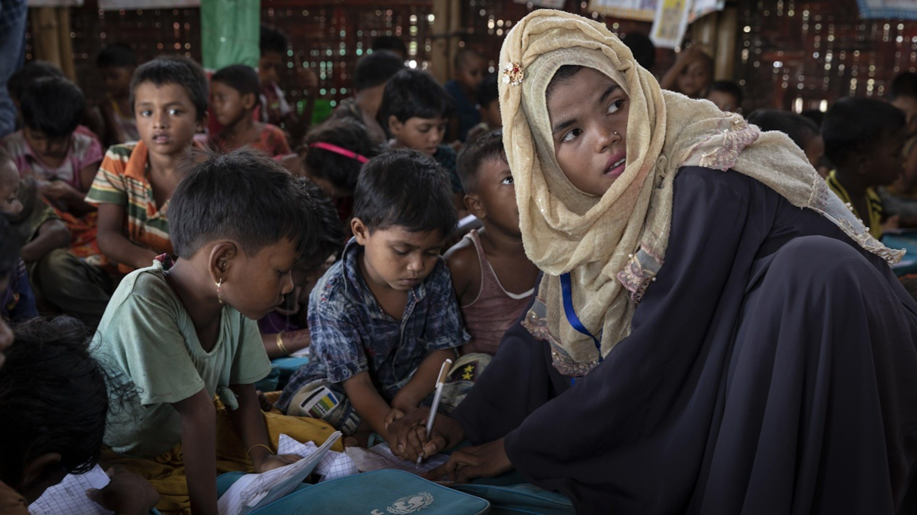 Bangladesh, Ruma Akhtar, 19 anni, insegna ai ragazzi del campo