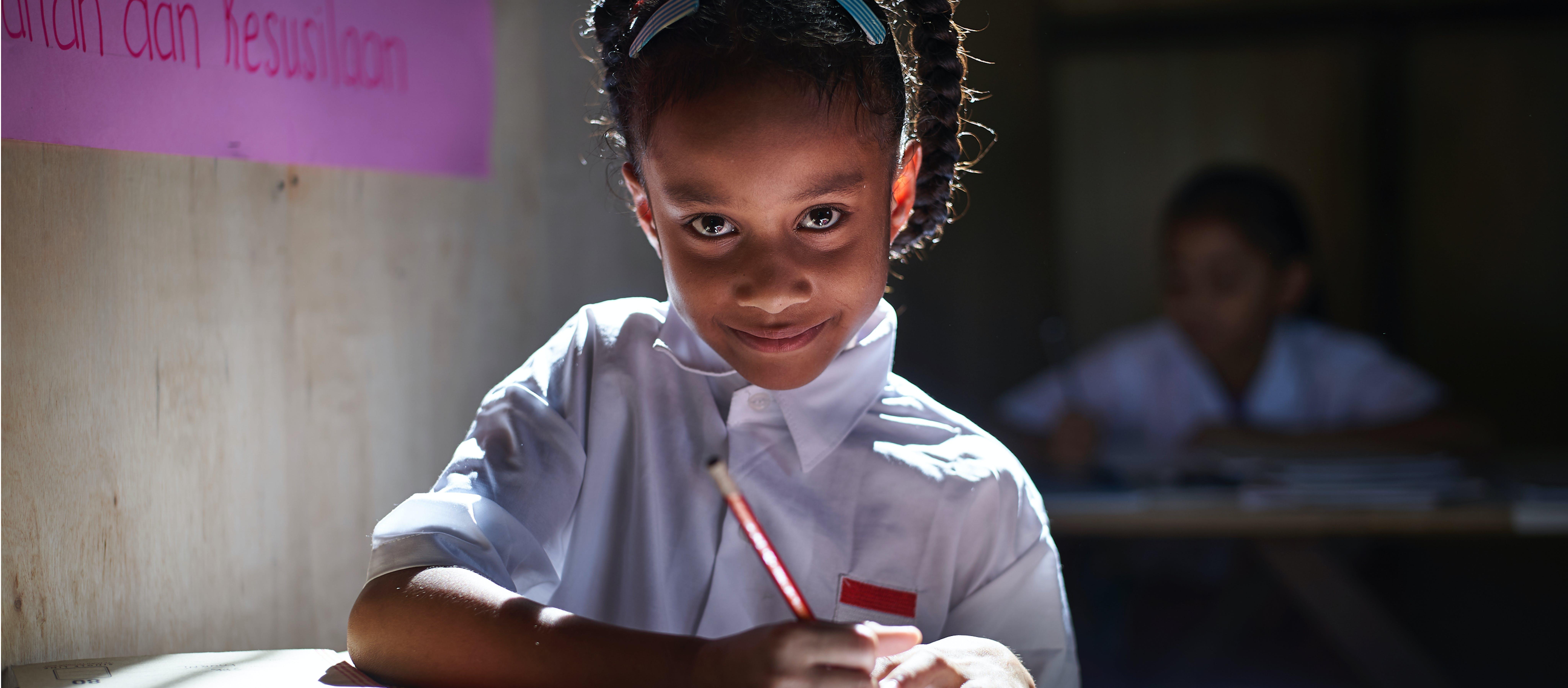 Una bambina a lezione in una scuola, in Africa