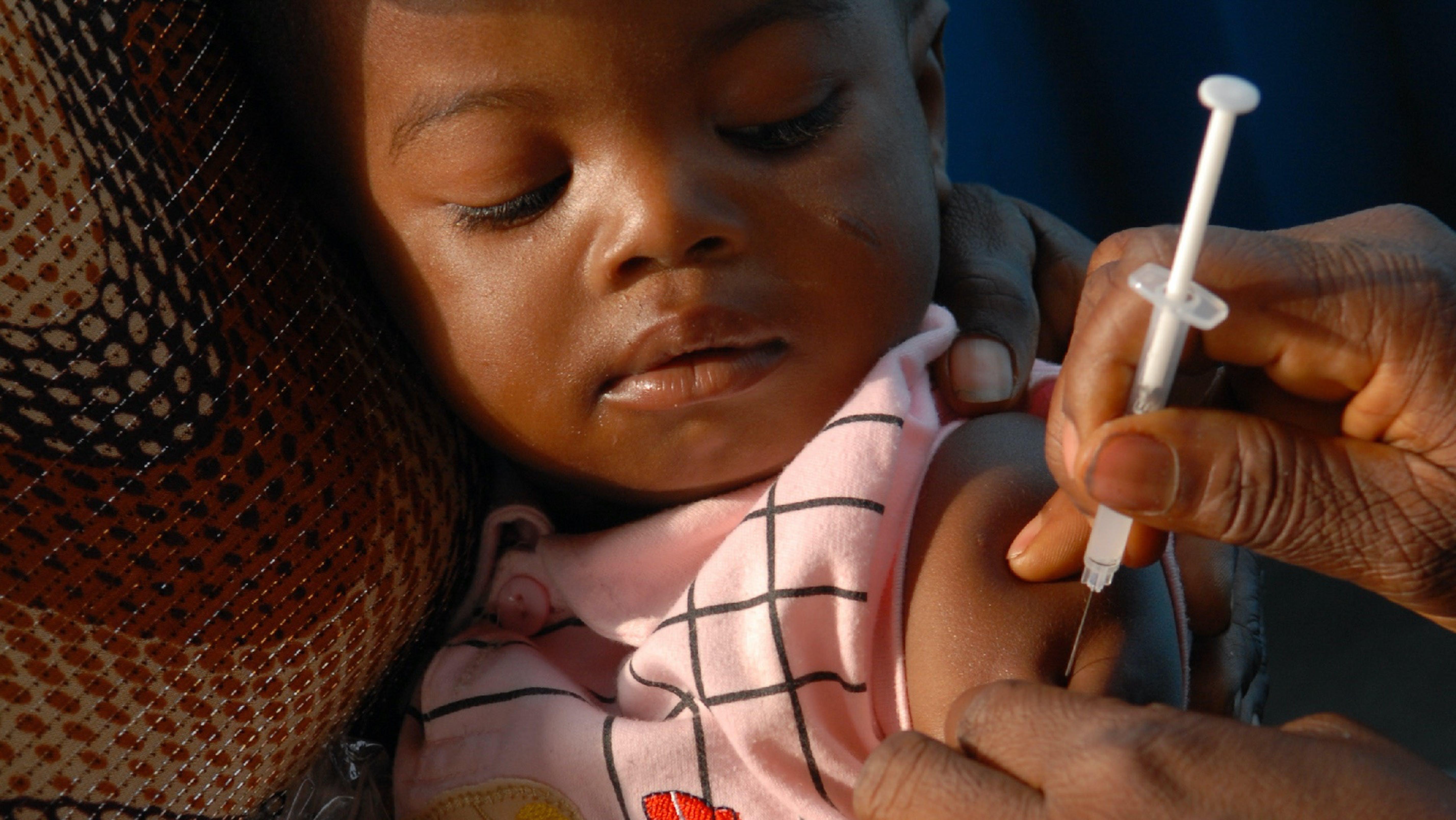 Bambina vaccinata contro il morbillo