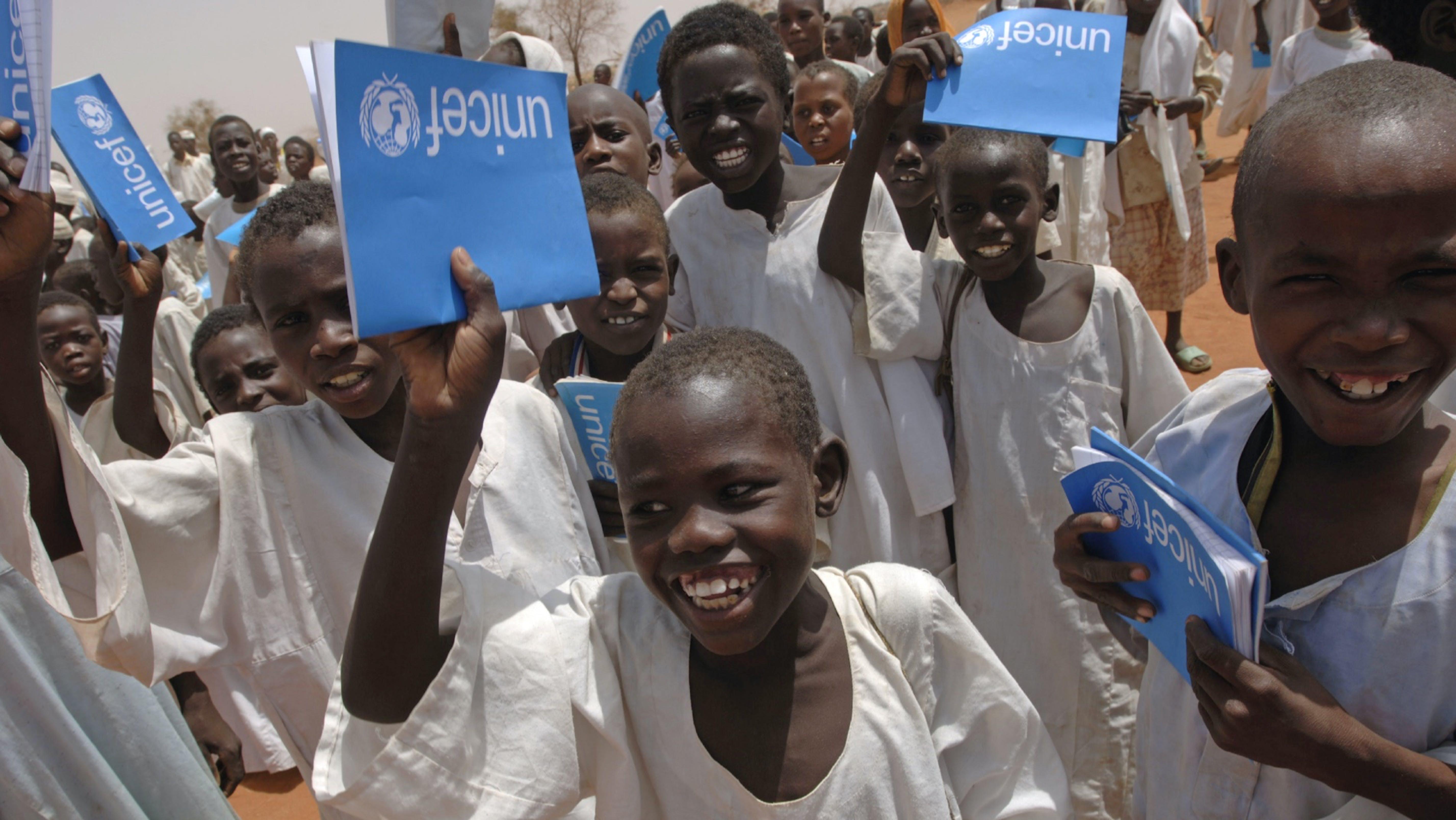 Bambini a scuola con i quaderni UNICEF