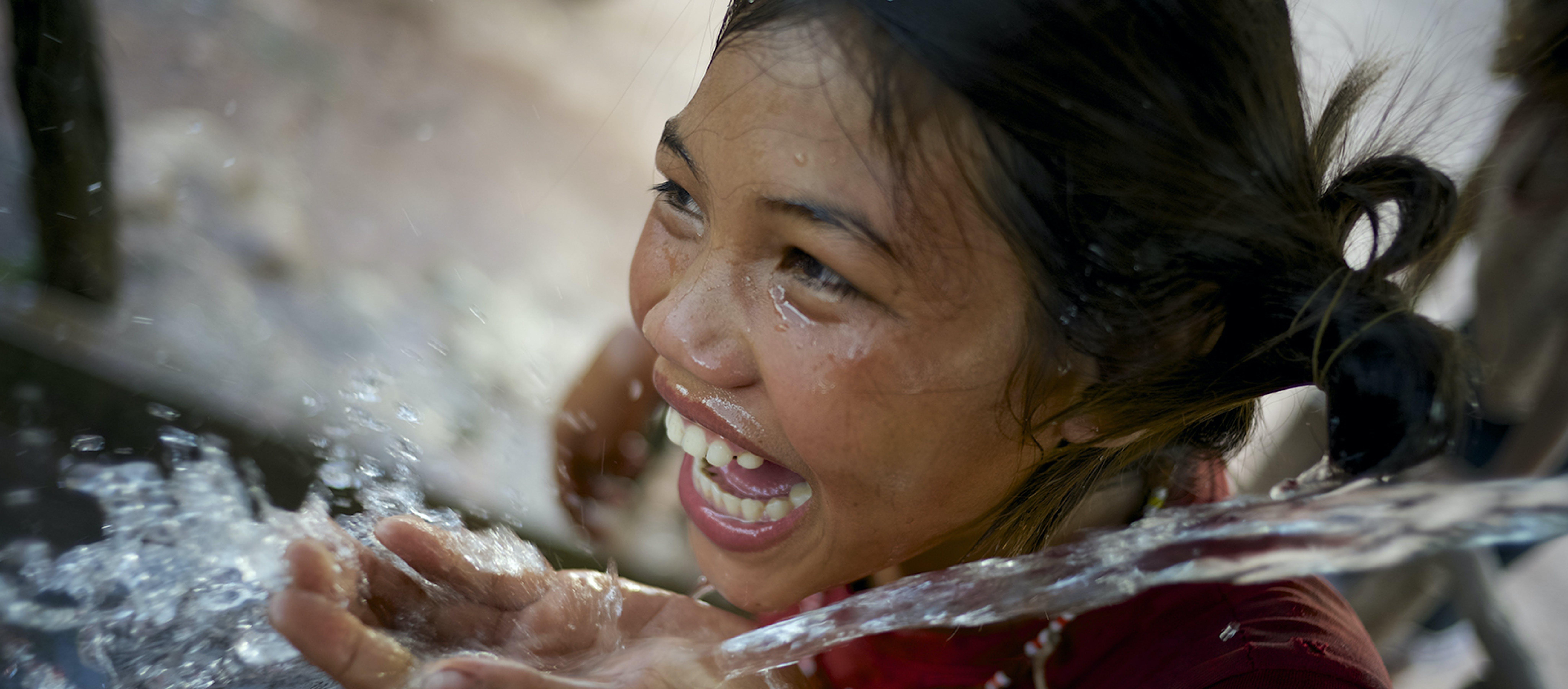Bambina con acqua