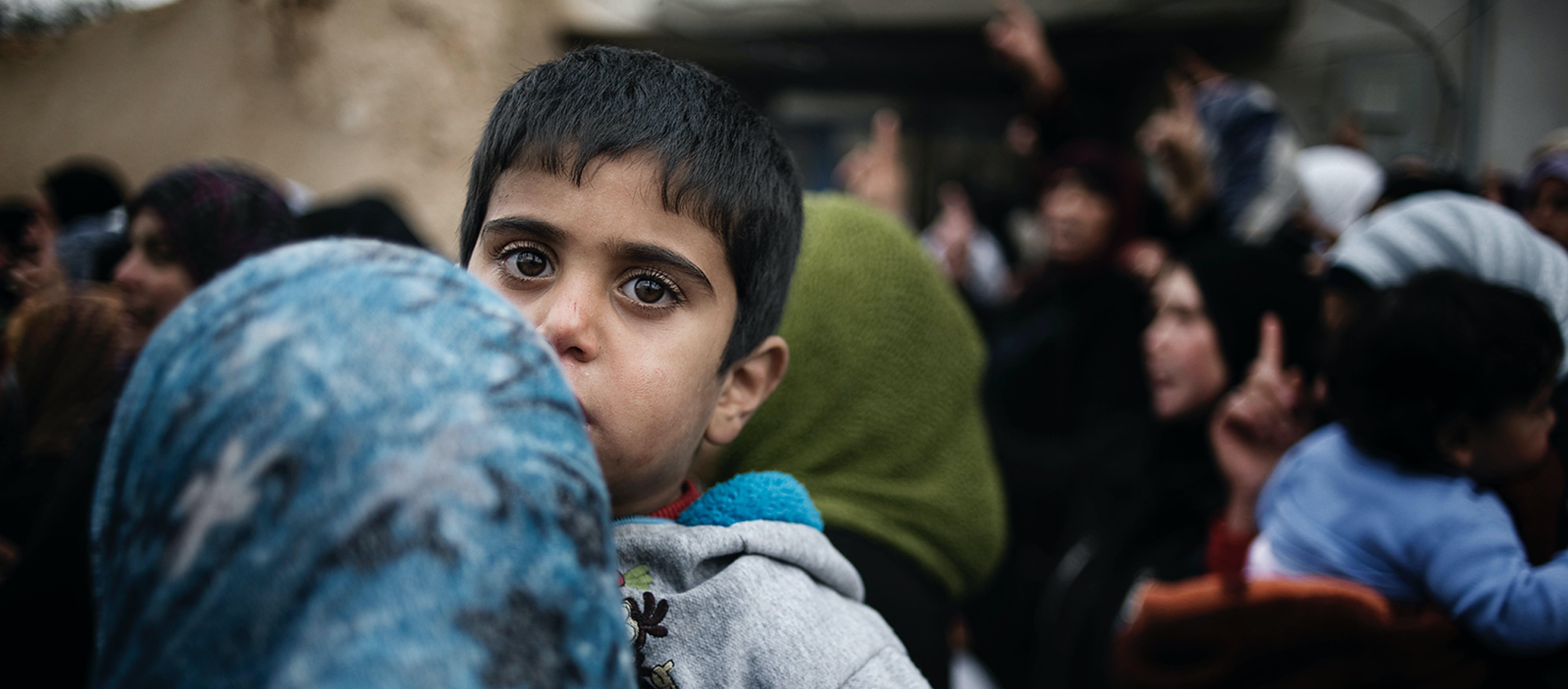 Bambino sfollato che fugge dalla Siria