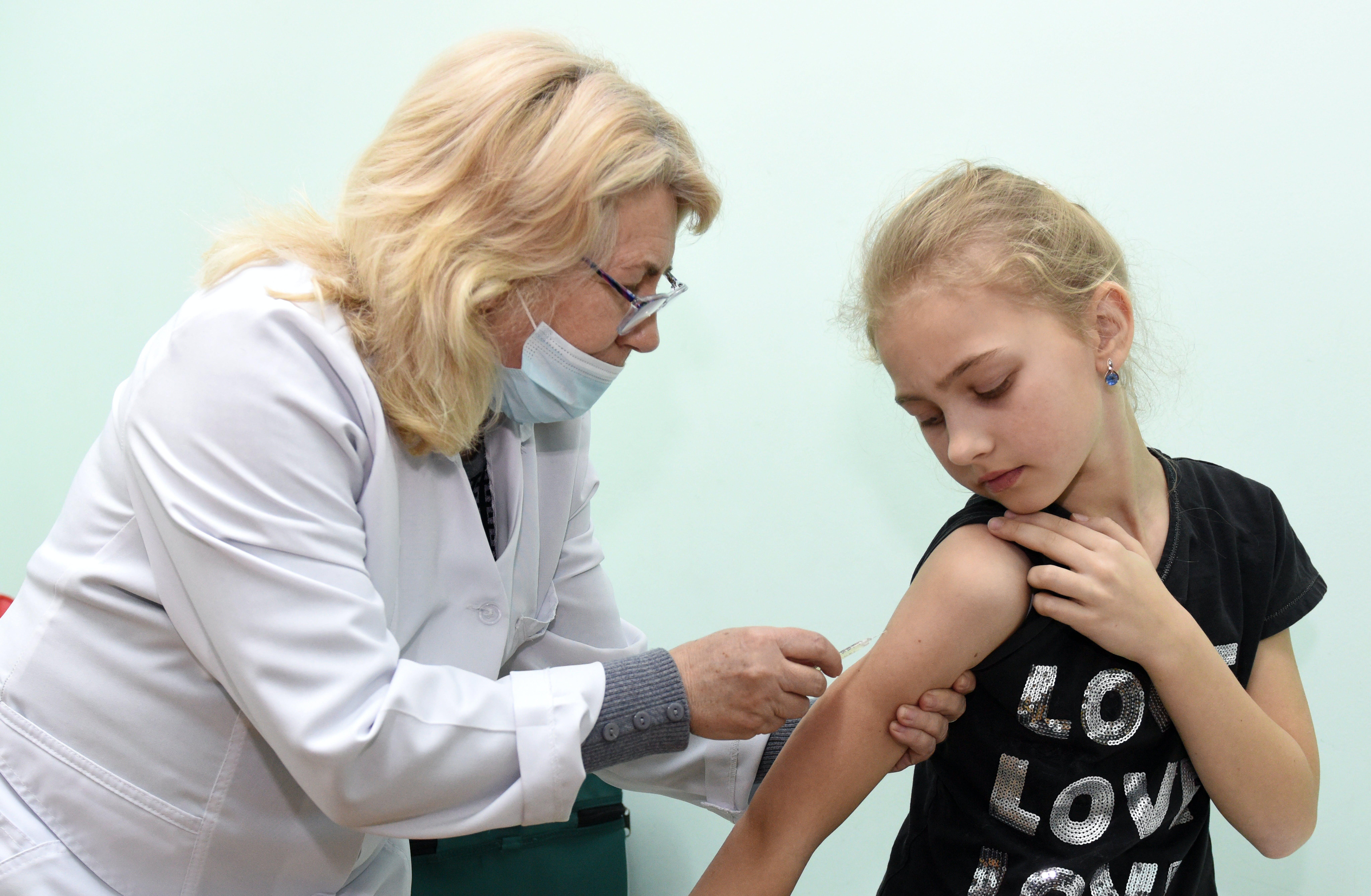 Bambina viene vaccinata da una dottoressa