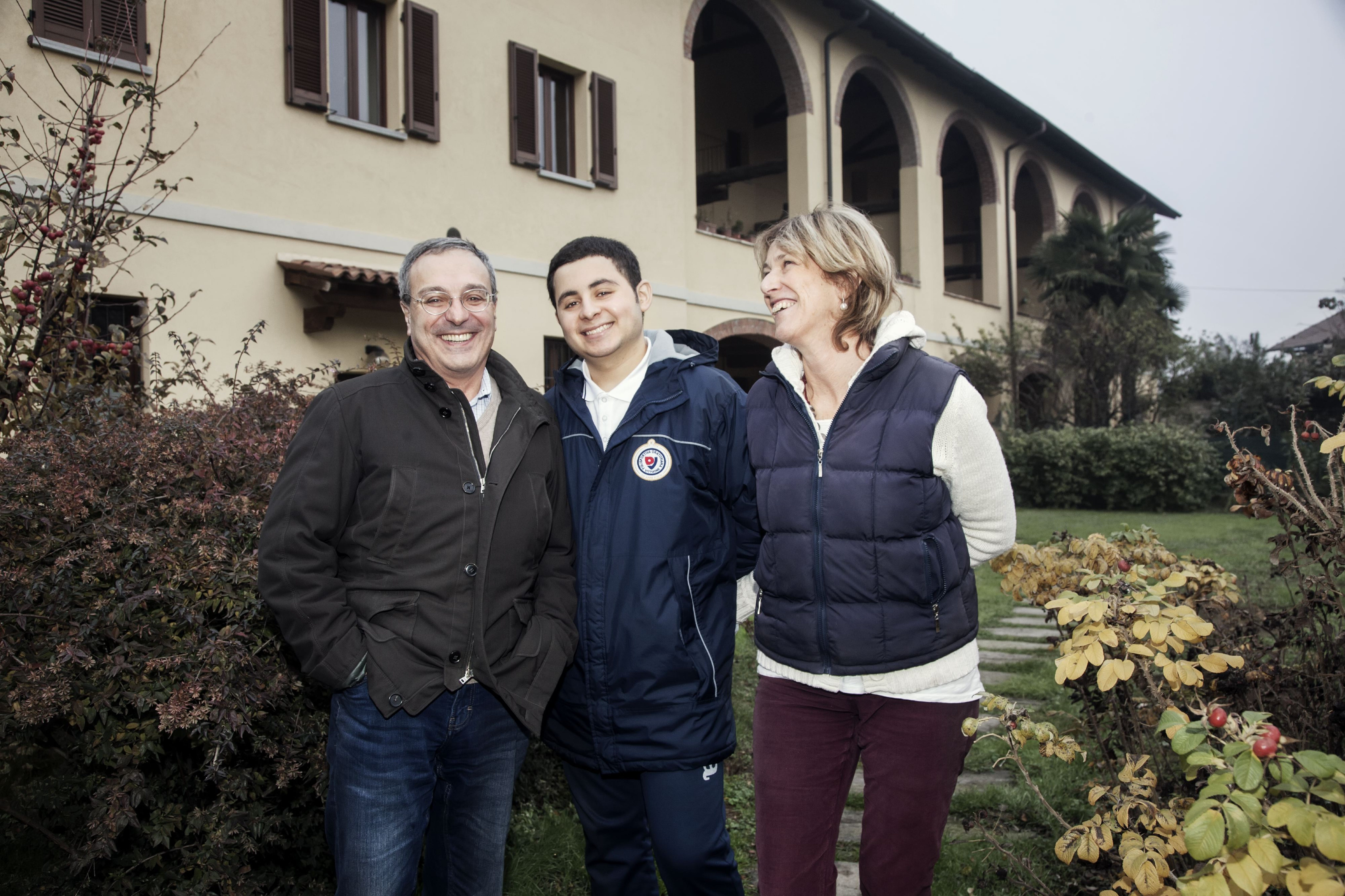 Momo, arrivato in Italia come minore non accompagnato, insieme alla sua famiglia affidataria