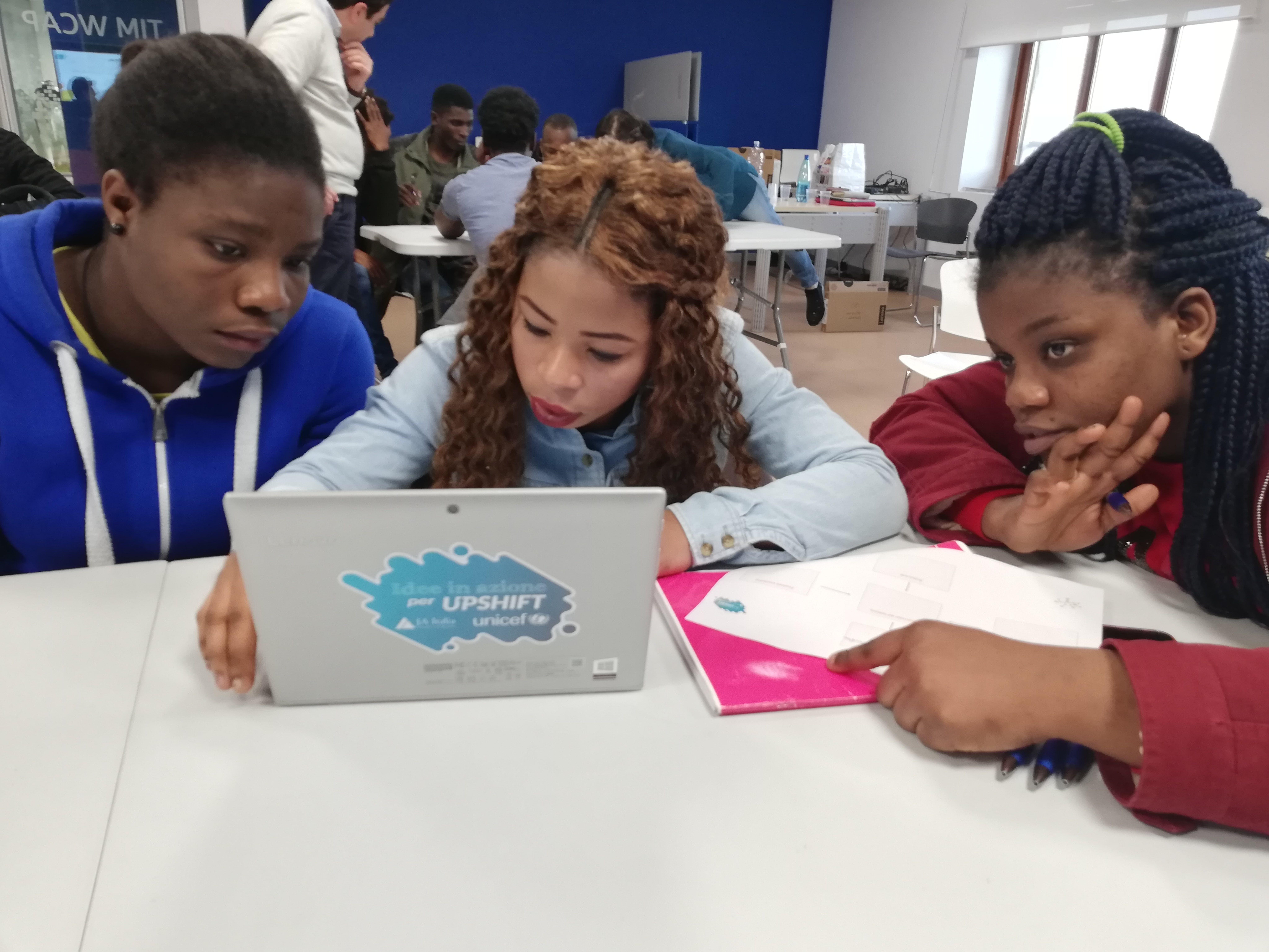 Giovani coinvolte nel progetto di educazione all'imprenditorialità UPSHIFT a Catania, in Sicilia