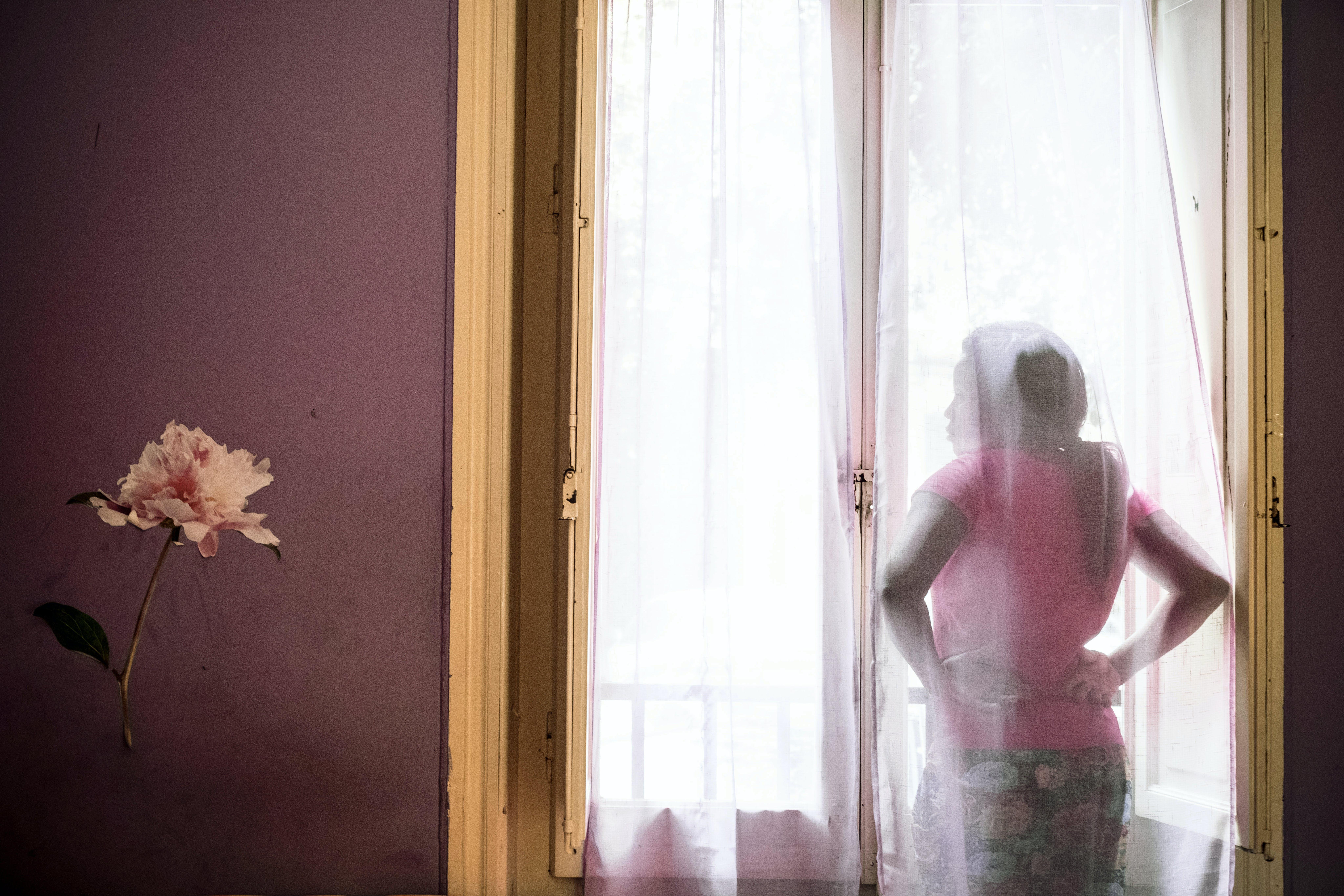 Una ragazza guarda alla finestra