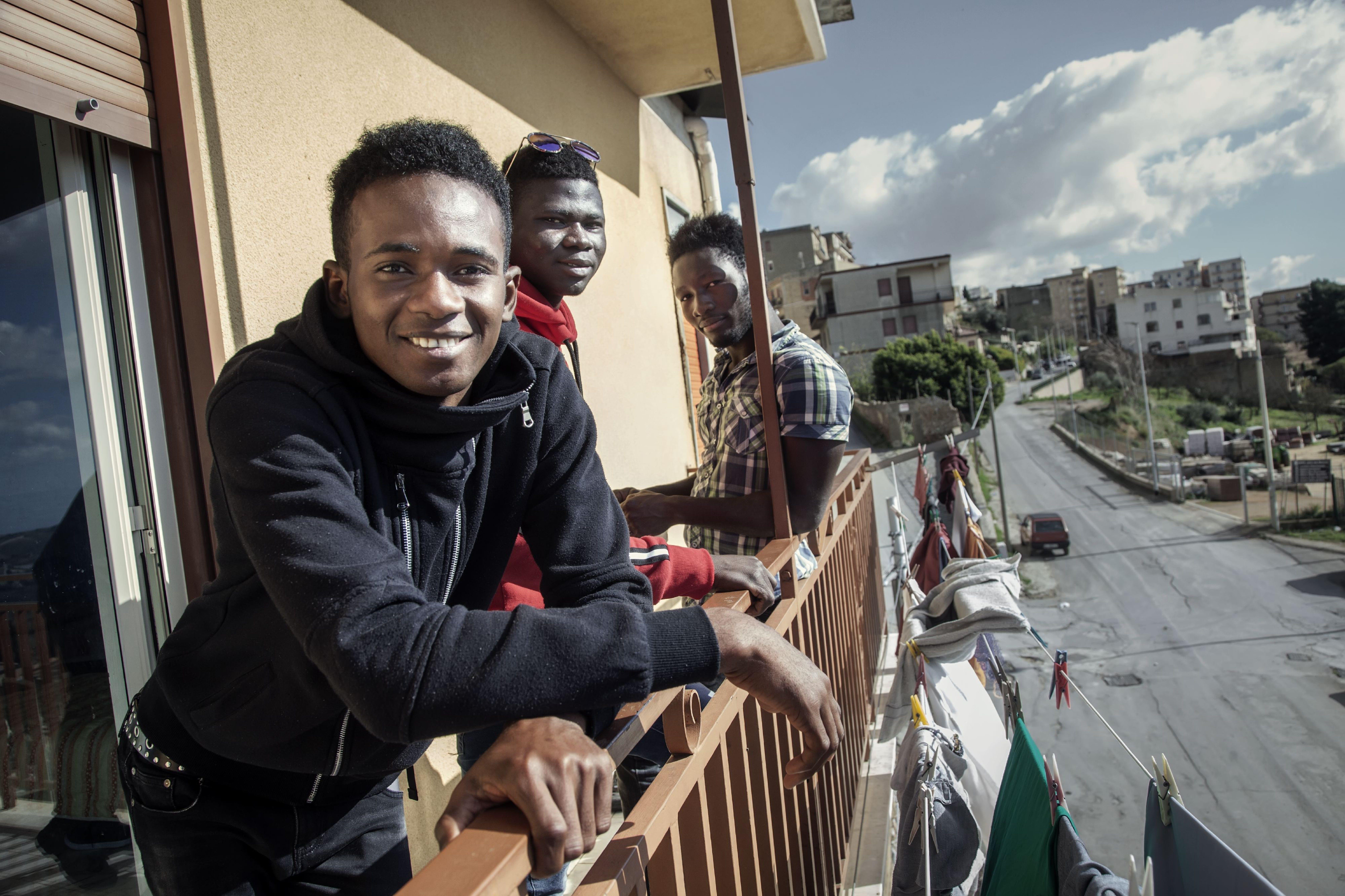 Giovani migranti e rifugiati coinvolti nel progetto UPSHIFT in Sicilia nel loro centro di accoglienza