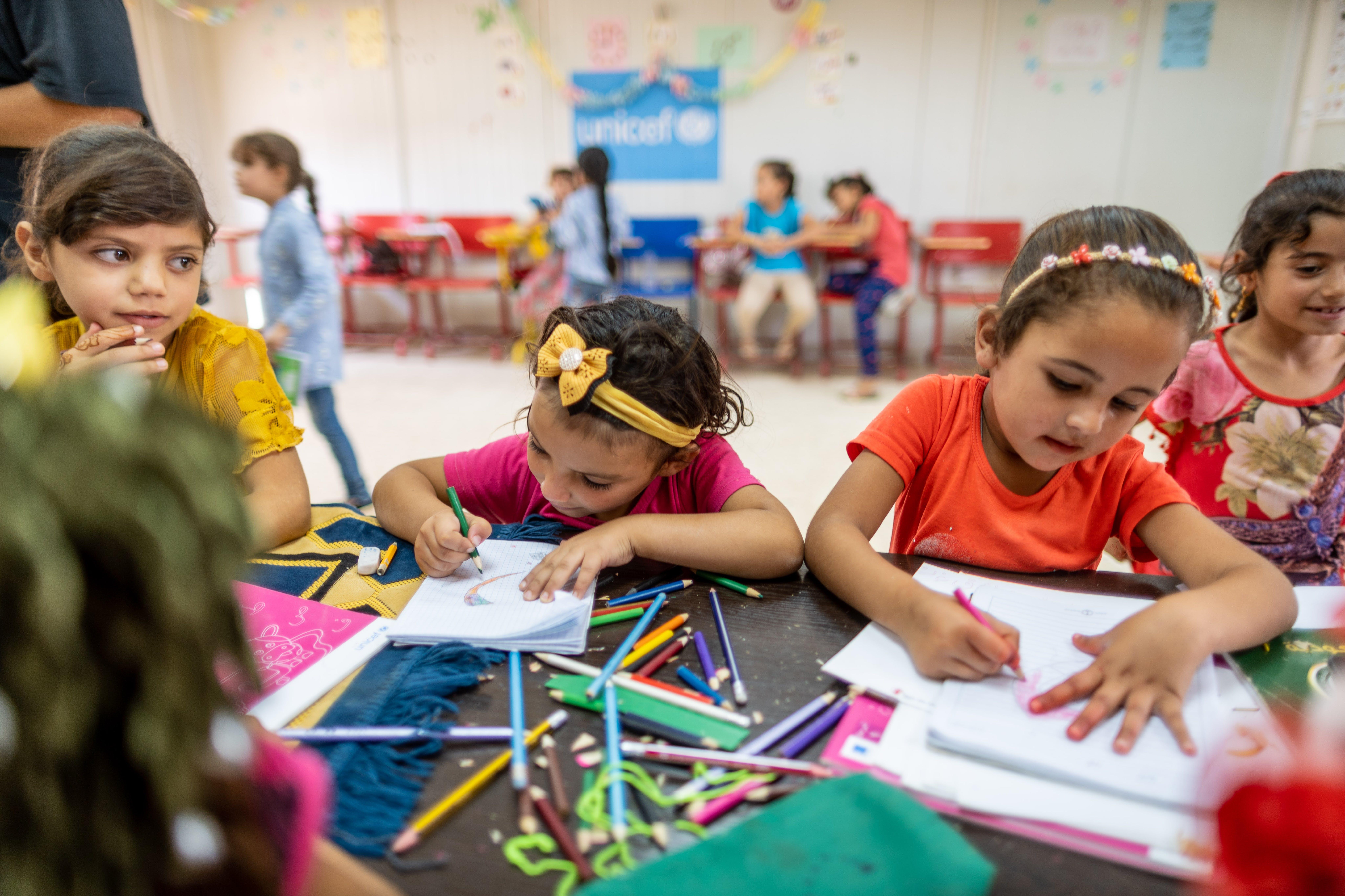 Bambine disegnano nello spazio Child Friendly allestito dall'UNICEF in Giordania