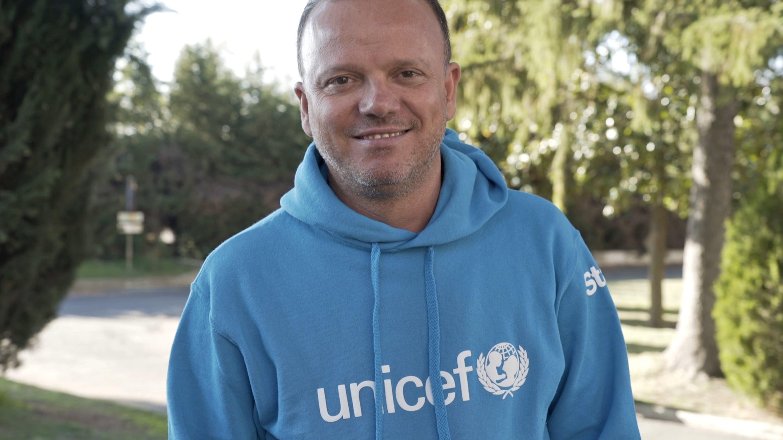 Gigi D'Alessio in visita con l'UNICEF ad un centro di accoglienza in provincia di Roma