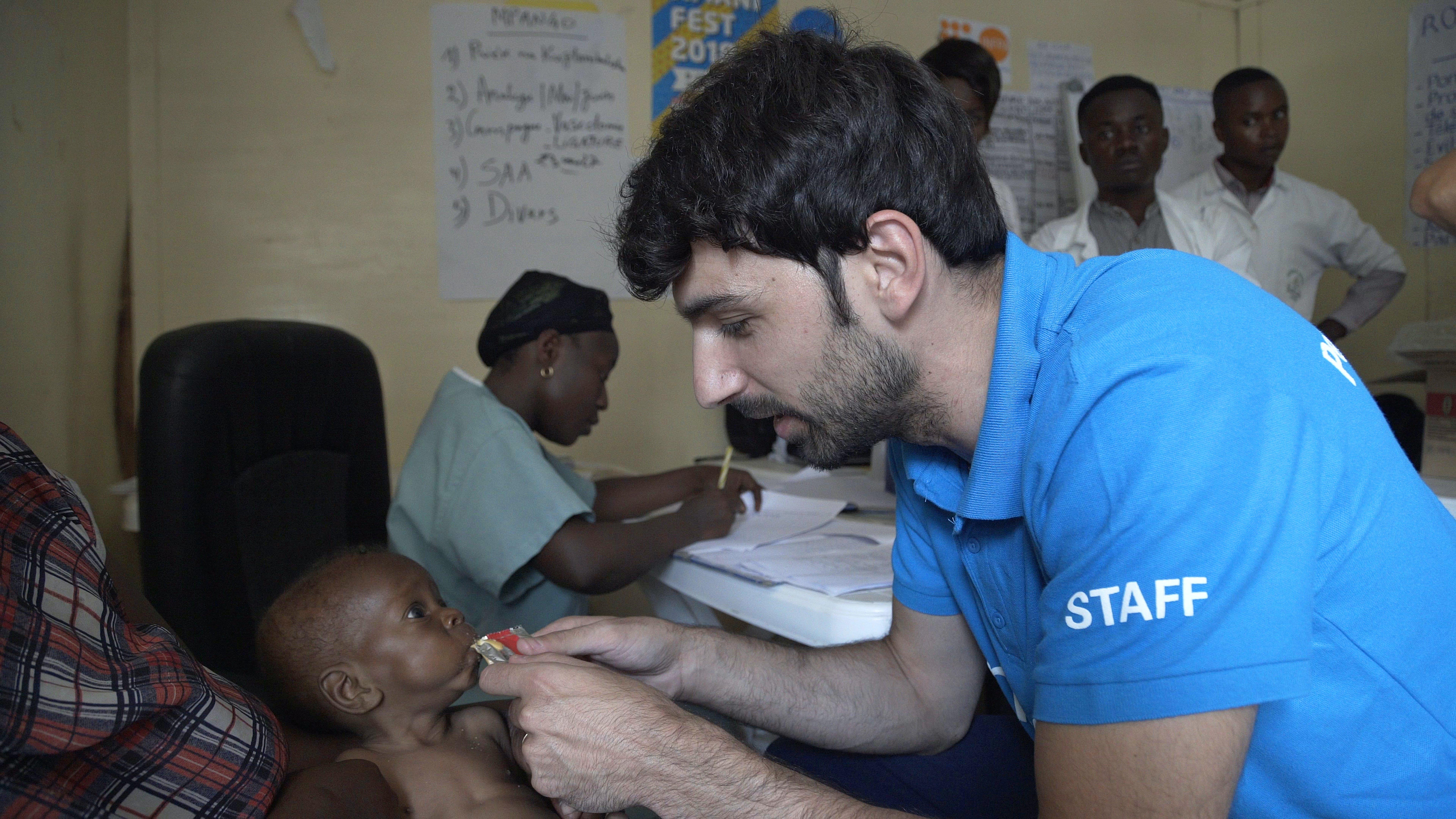 Raimondo Todaro con un bambino malnutrito in Rep. Democratica del Congo