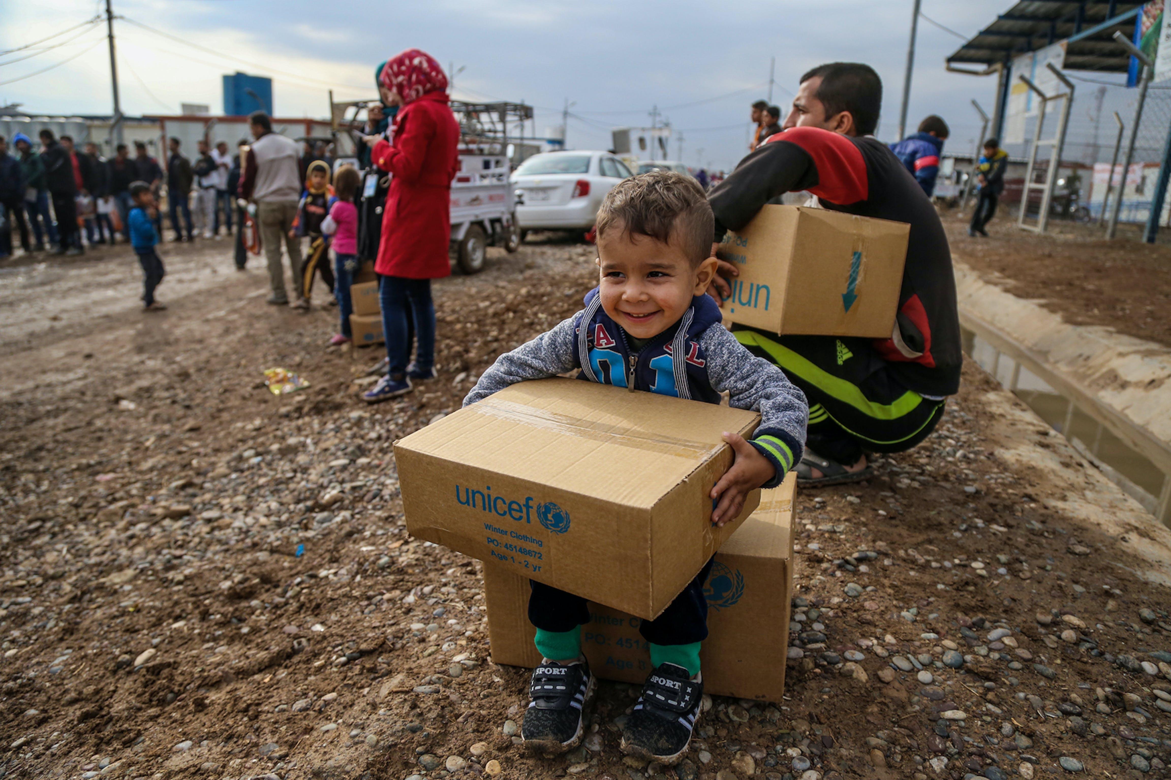 Bambino riceve un pacco di aiuti UNICEF