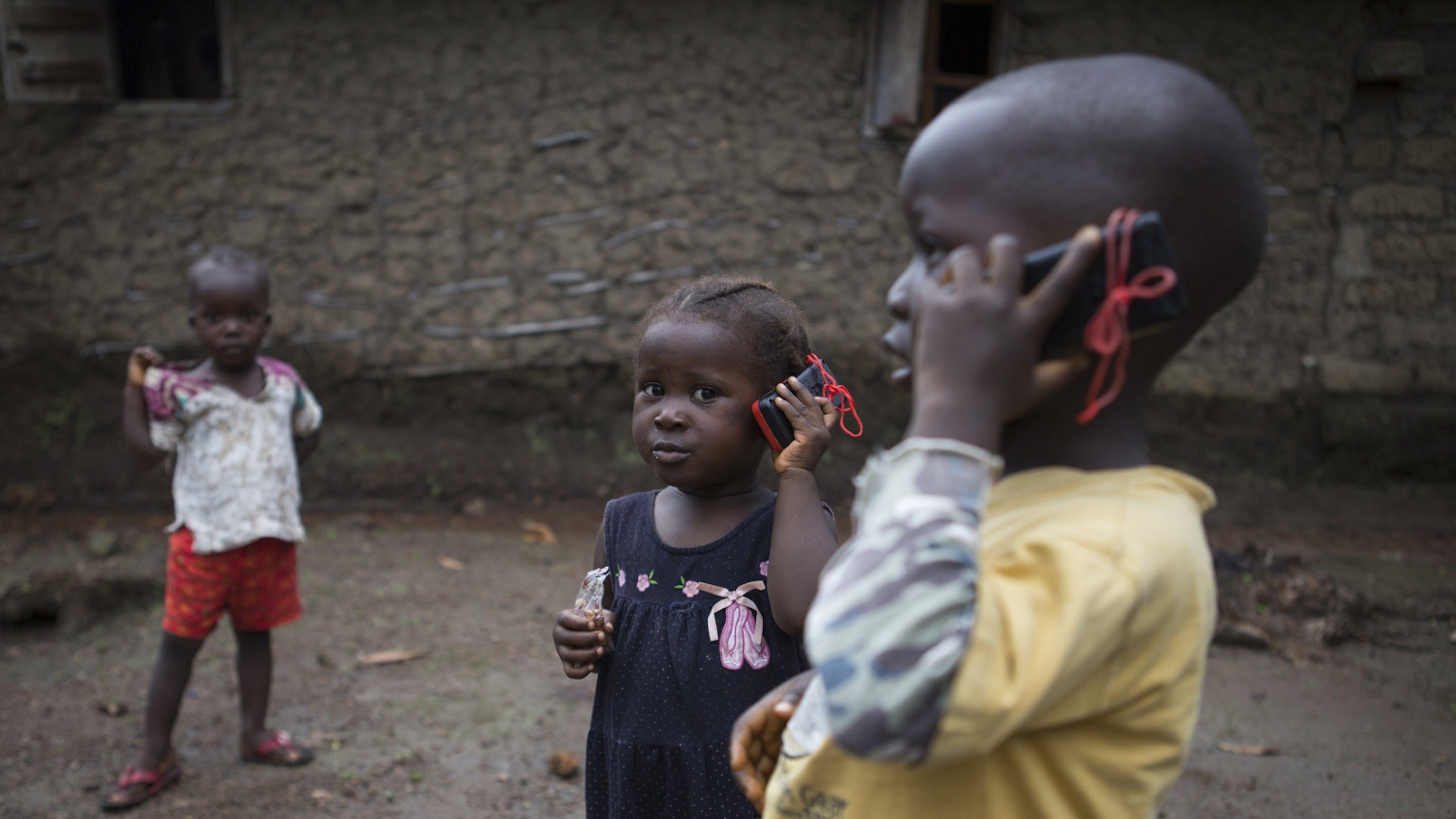 Sierra Leone, 3 fratelli si chiamano con telefoni giocatolo