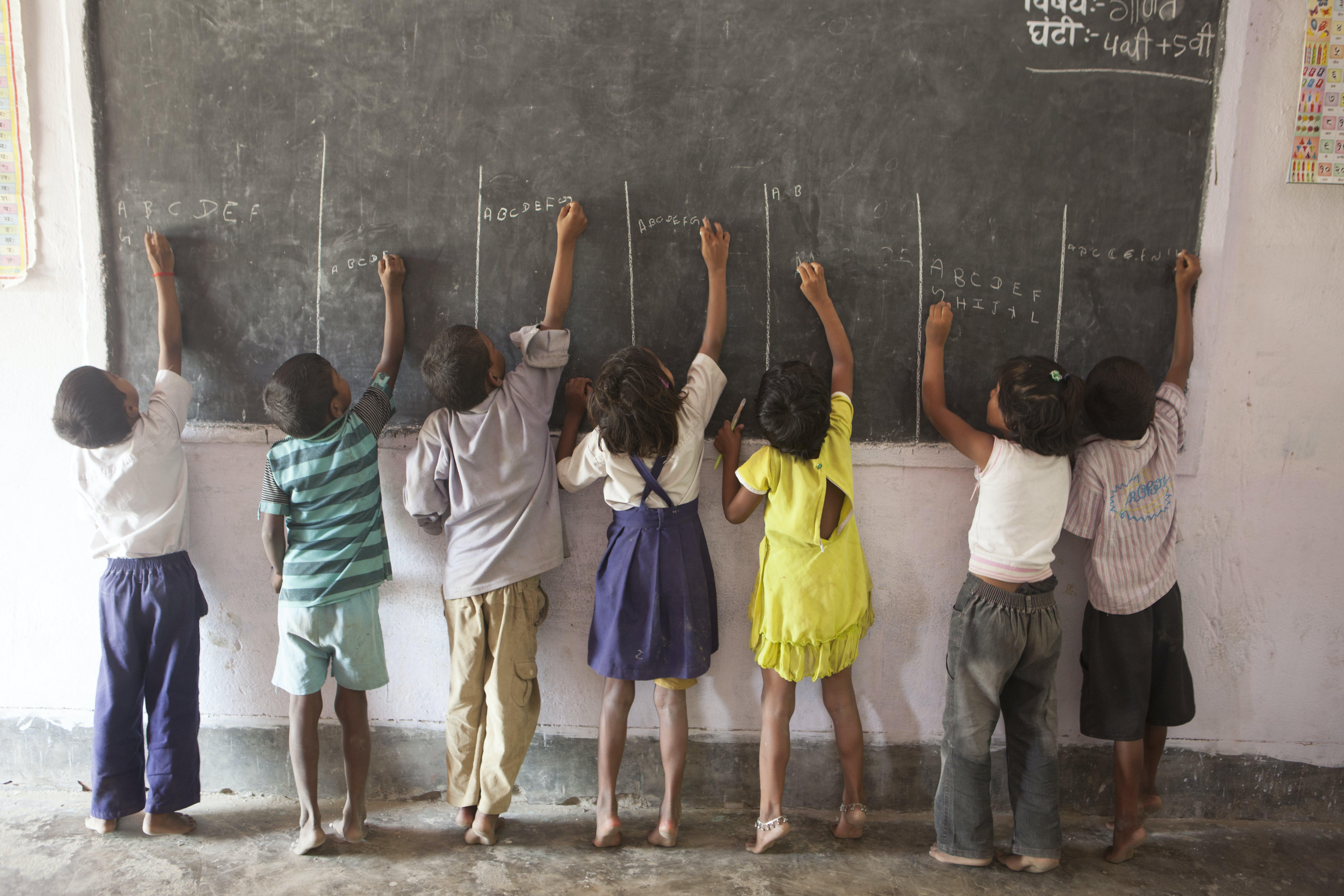 Bambini scrivono sulla lavagna, progetto istruzione in India